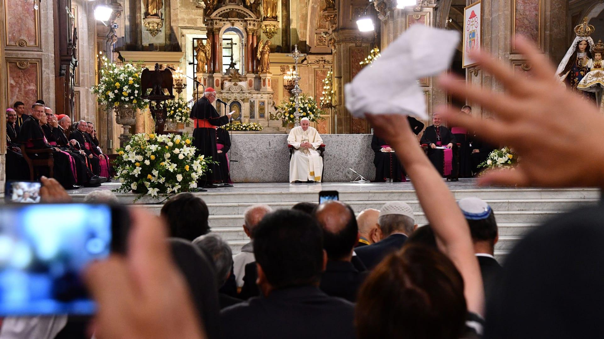 رأي حول الفضائح الجنسية التي تهز الكرسي البابوي: من كان منكم بلا خطيئة فليرمها بحجر