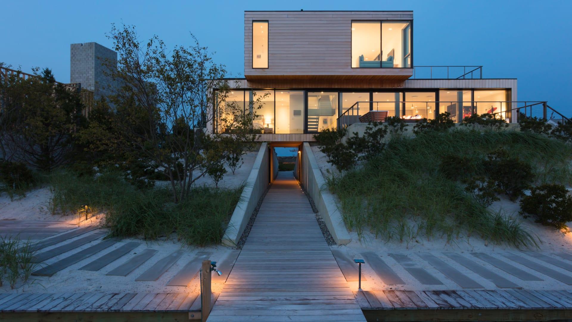 منزل على الشاطئ يمكنه التصدي للأعاصير.. كيف ذلك؟