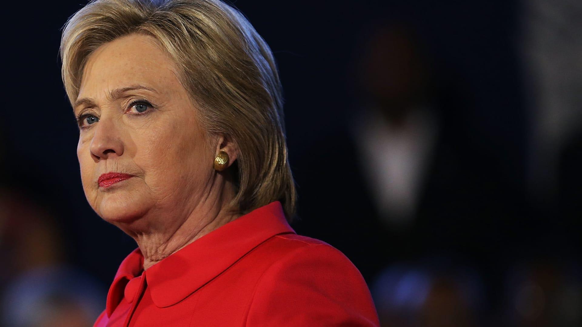 هيلاري كلينتون تدافع عن زوجها بفضيحة مونيكا وتسلط الضوء على تهم ترامب