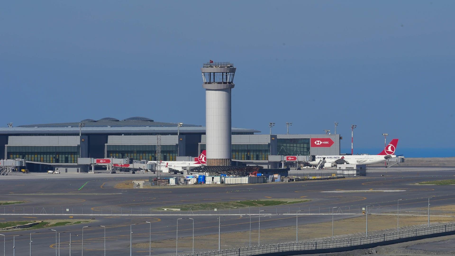 عند الانتهاء من بنائه، سيتصل المطار بمترو وقطار سريع أيضاً.