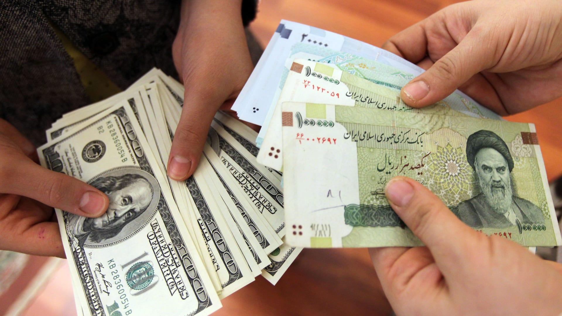 """محافظ البنك المركزي الإير اني: تدشين """"بورصة"""" لتعاملات النقد الأجنبي قريبا"""