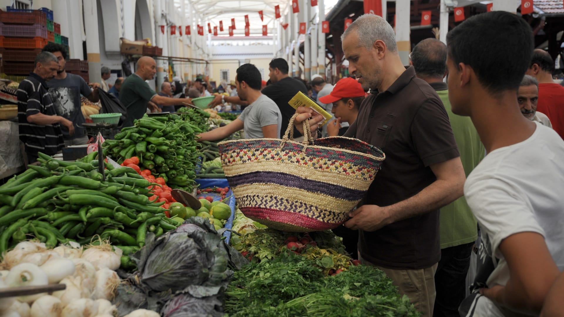 معدلات الفقر والديون تتزايد بين الأسر التونسية.. وخبراء يطرحون حلولا