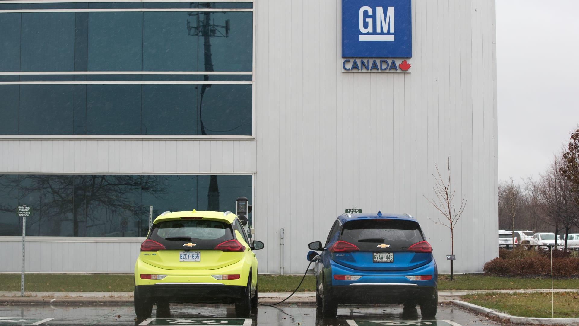 جنرال موتورز تخفض الموظفين والأجور وتغلق بعض مصانعها.. لماذا؟