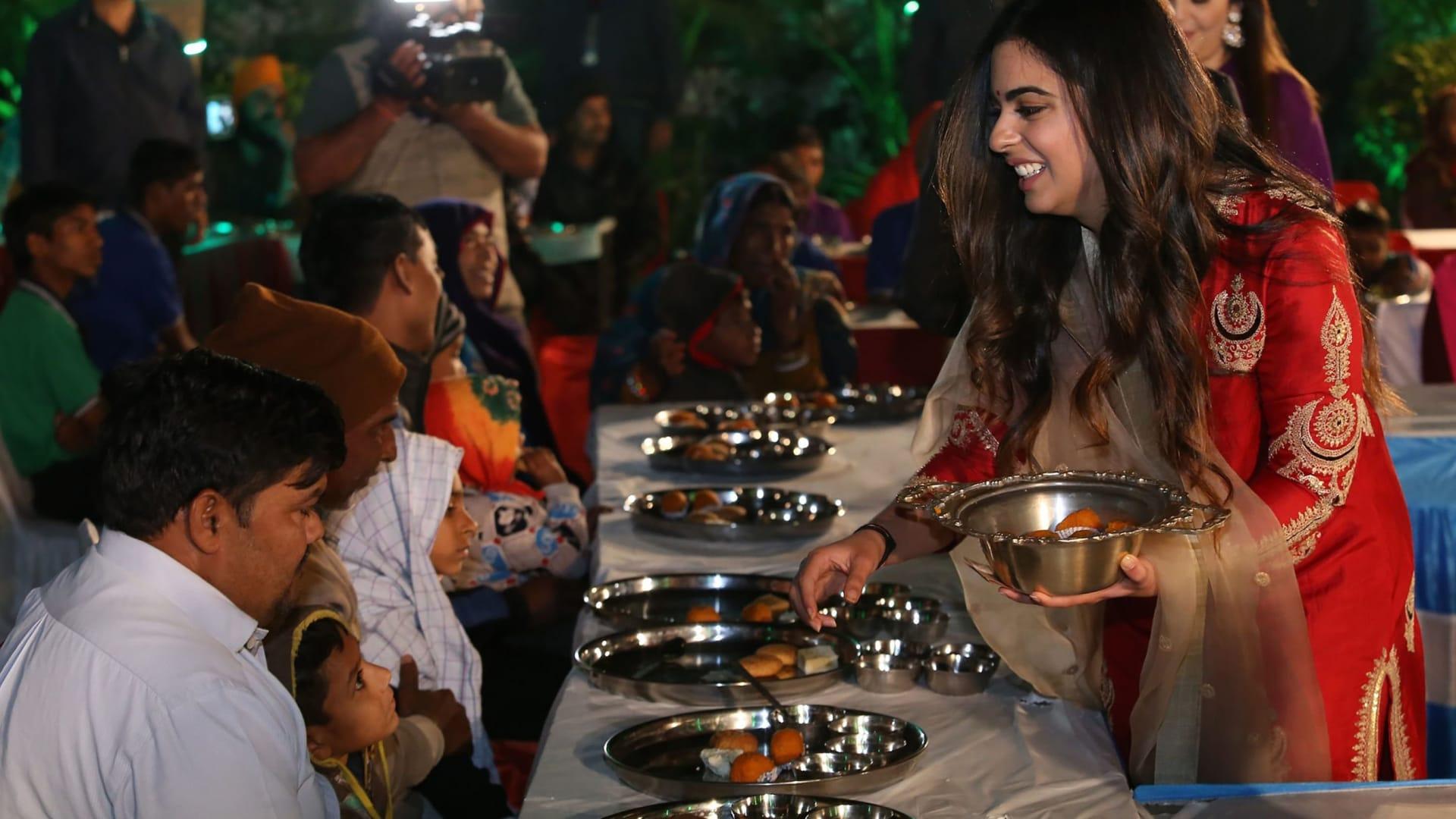 """إيشا أمباني تقدم الطعام للضيوف خلال طقوس """"أنا سيفا"""" قبل زفافها من أناند بيرامال."""