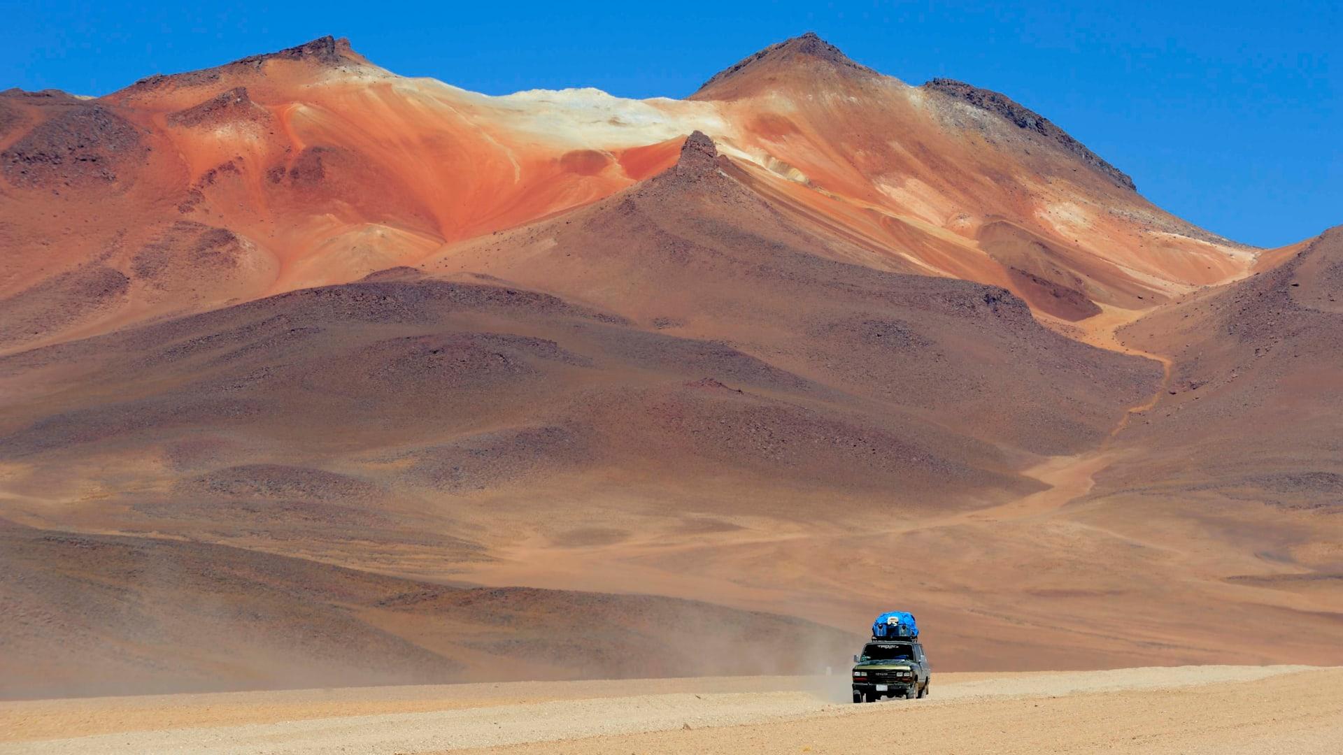 تتميز أتاكاما، بأخاديدها الصخرية الملونة، وبراكينها المغطاة بالثلوج، والبحيرات الفيروزية، والبالوعات الحارة المغلية.