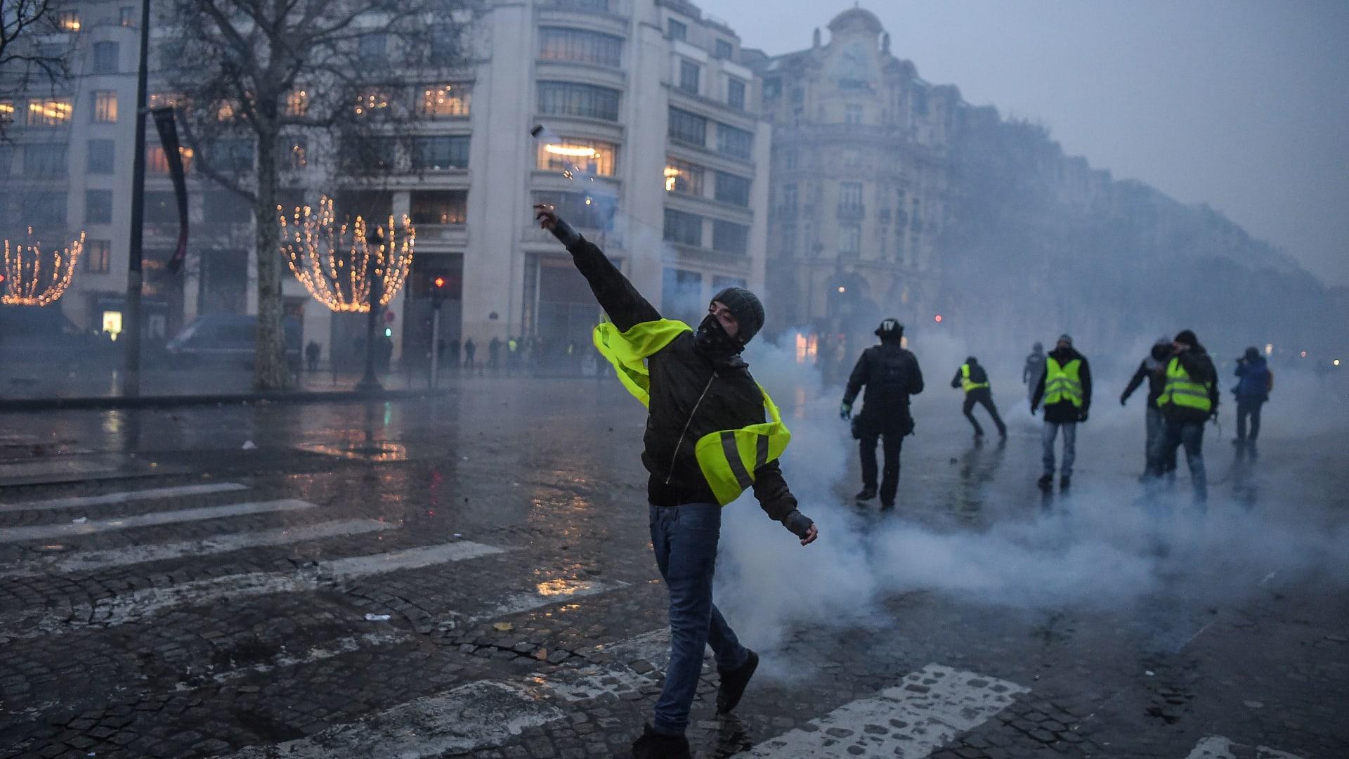 """إصابة مراسلة خلال احتجاجات """"السترات الصفراء"""" في فرنسا"""