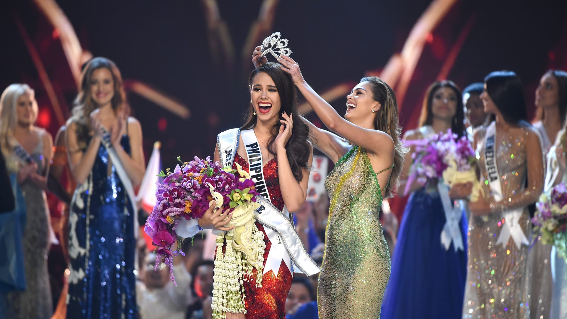 توجت ملكة جمال الفلبين، كاتريونا غراي، ملكة جمال الكون للعام 2018 في بانكوك، تايلاند الاثنين 17 ديسمبر/كانون الأول.