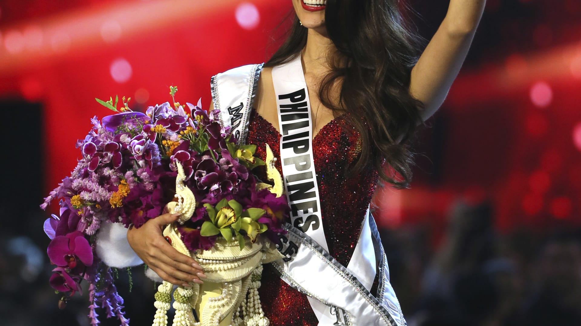 توجت ملكة جمال جنوب أفريقيا وملكة جمال الكون السابقة ديمي ليه نيل بيتيرز، الملكة الجديدة خلال الحفل.