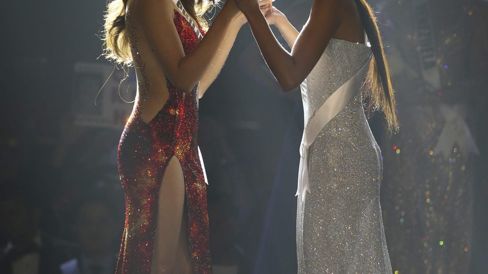 ملكة جمال الفلبين كاتريونا غراي (يسار)، وملكة جمال جنوب أفريقيا، تمارين غرين، تنتظران إعلان النتائج.