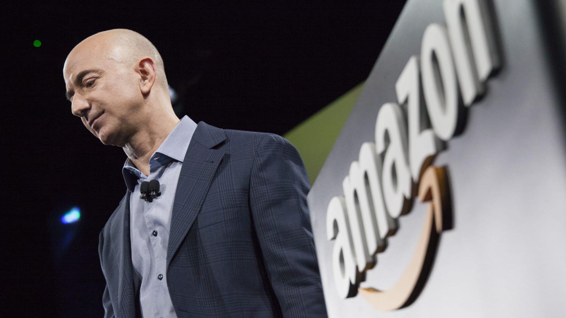 أمازون تتقدم وتصبح أكثر شركات العالم قيمة