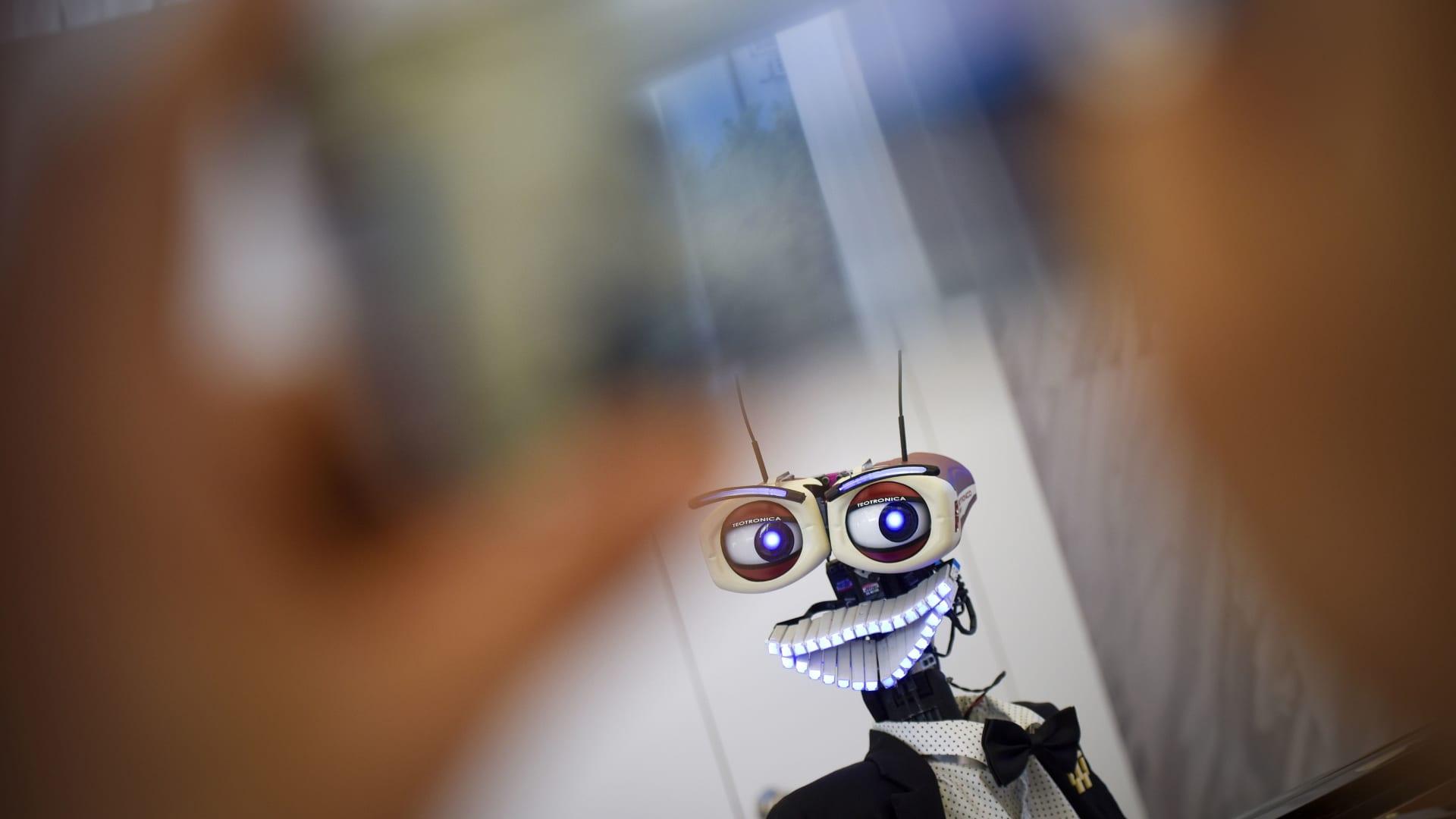 """تداول فيديو برمجة روبوت للرقص على أنغام """"تعال أشبعك حب"""".. وخلفان: واحسرتاه.. الغرب ابتكره لعمليات جراحية"""