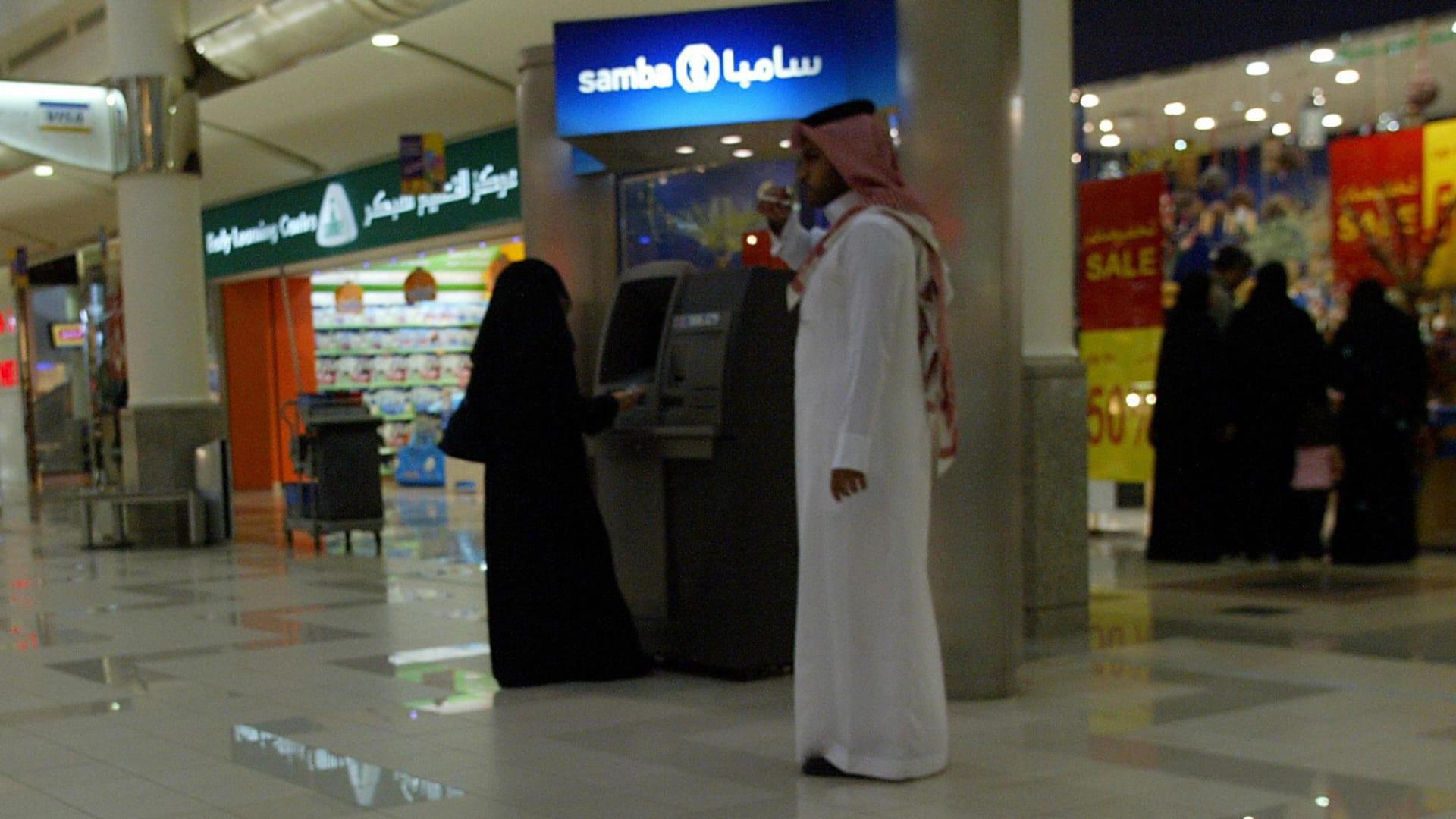 """بين """"مكياجي"""" و""""نقابي"""".. كيف تفاعلت فتيات مع تقارير """"بصمة الوجه بدل الرقم السري"""" ببنوك السعودية؟"""