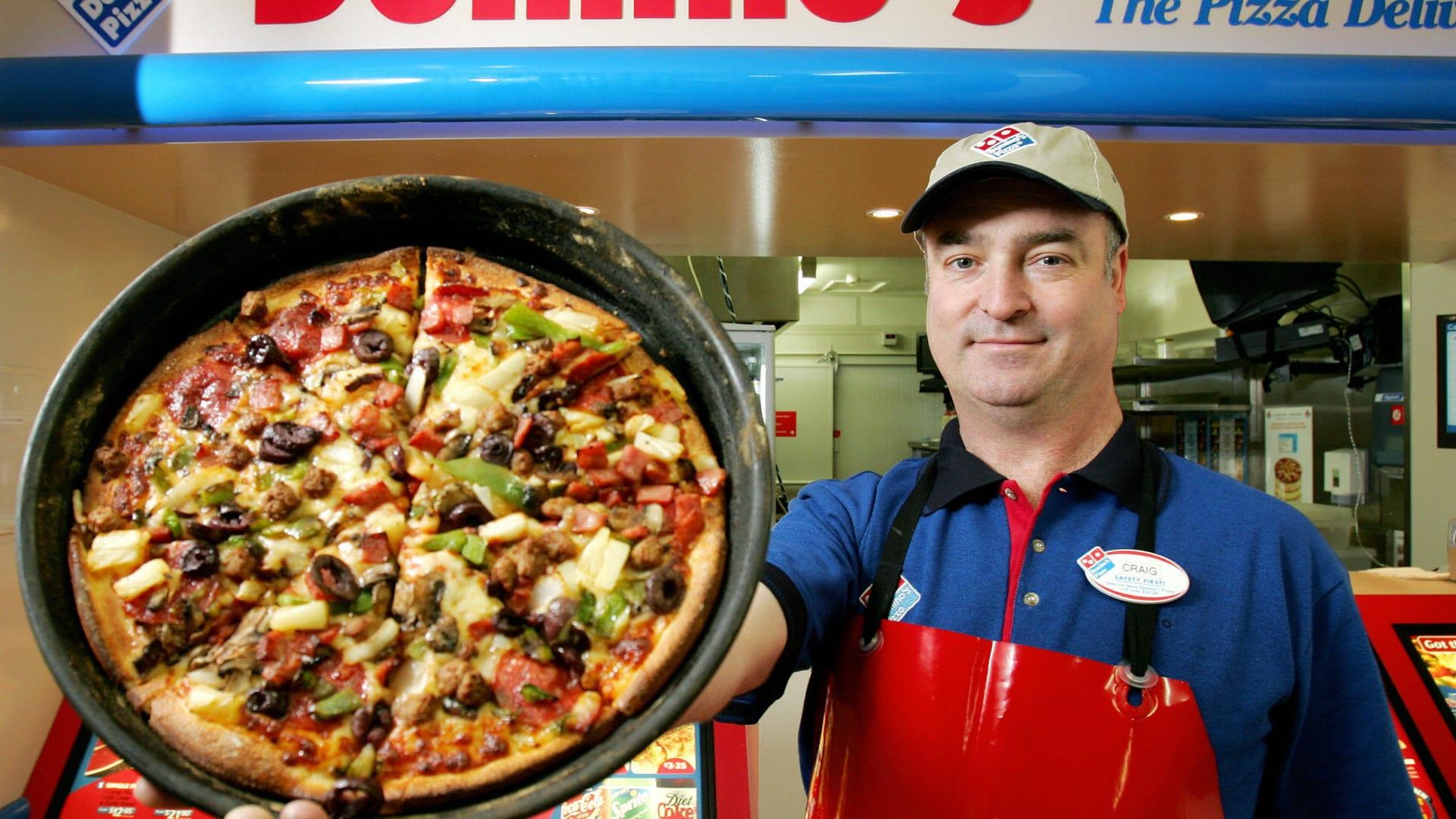 """معركة البيتزا تشتعل.. """"دومينوز"""" تفتتح الفرع رقم 16 ألف عالميا"""
