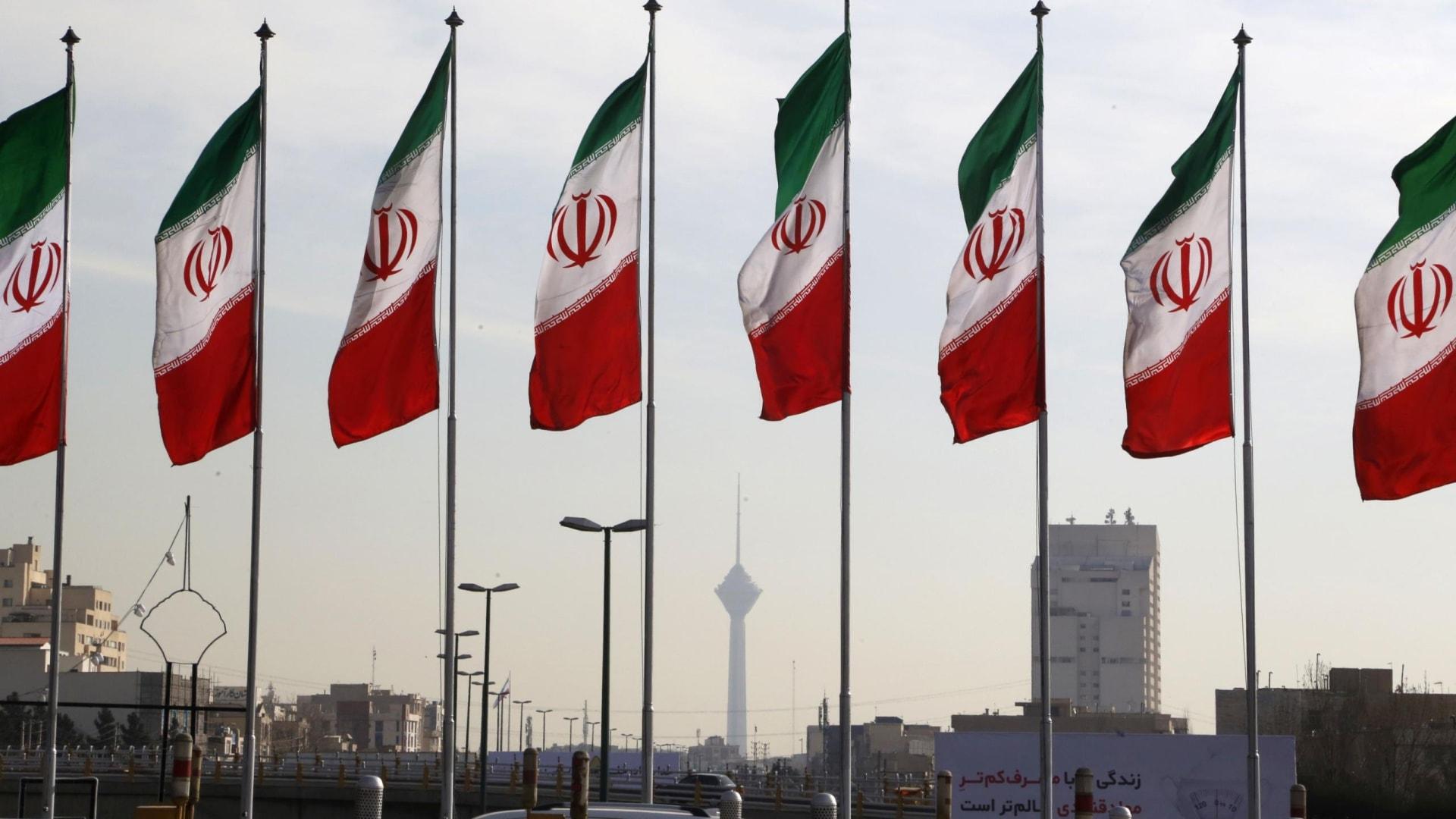 """تقارير استخباراتية """"تكشف"""" ما على متن سفن تجارية إيرانية.. ومسؤول يعلق"""