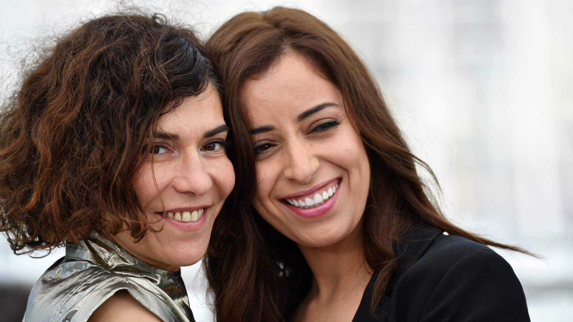 """قبلة بين ممثلتين مغربيتين في مهرجان """"كان"""" تشعل مواقع التواصل.. والزبال تعتذر"""