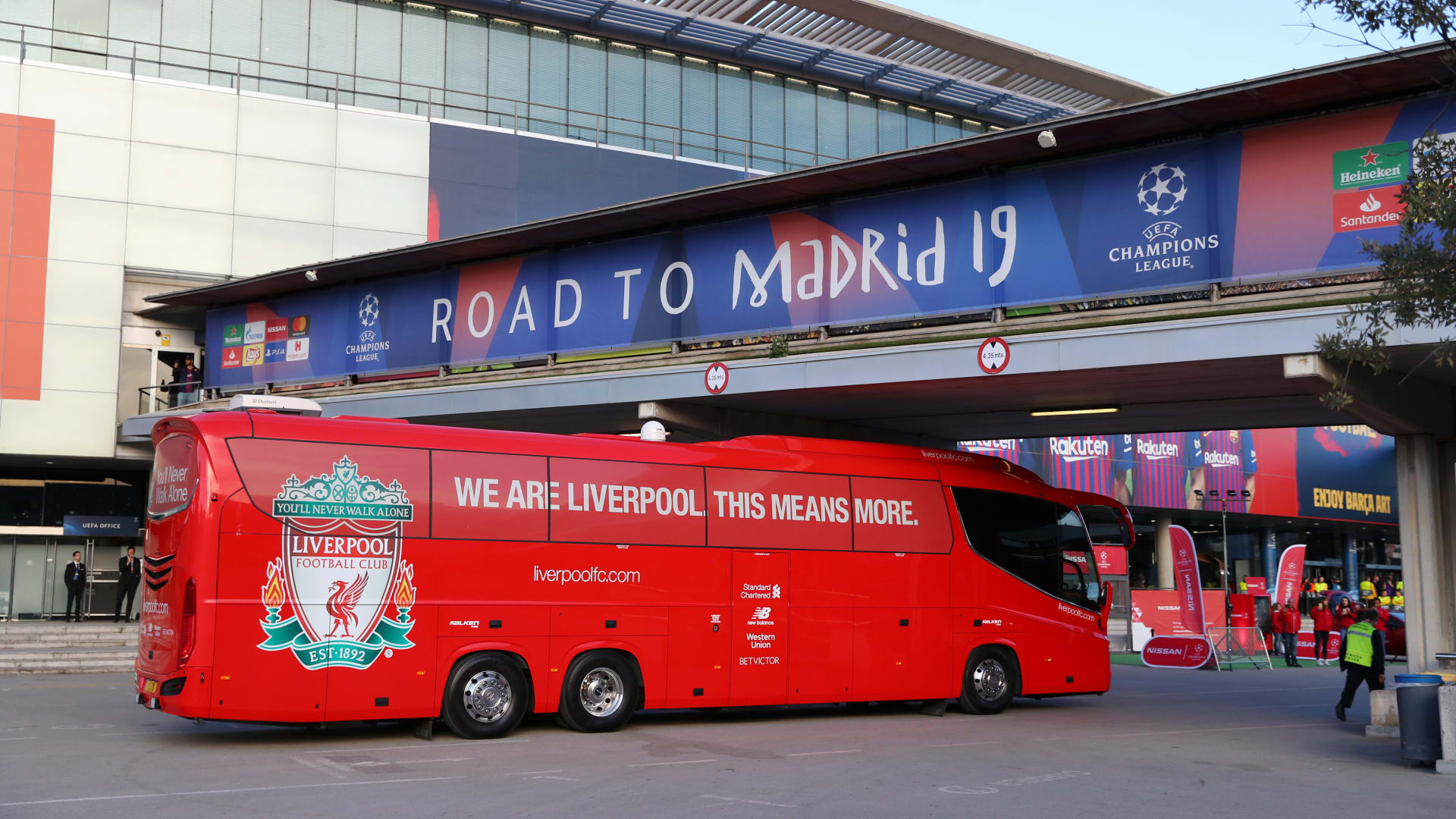 """تداول فيديو لحافلة ليفربول العالقة في نفق بملعب """"واندا ميترووليتان"""""""