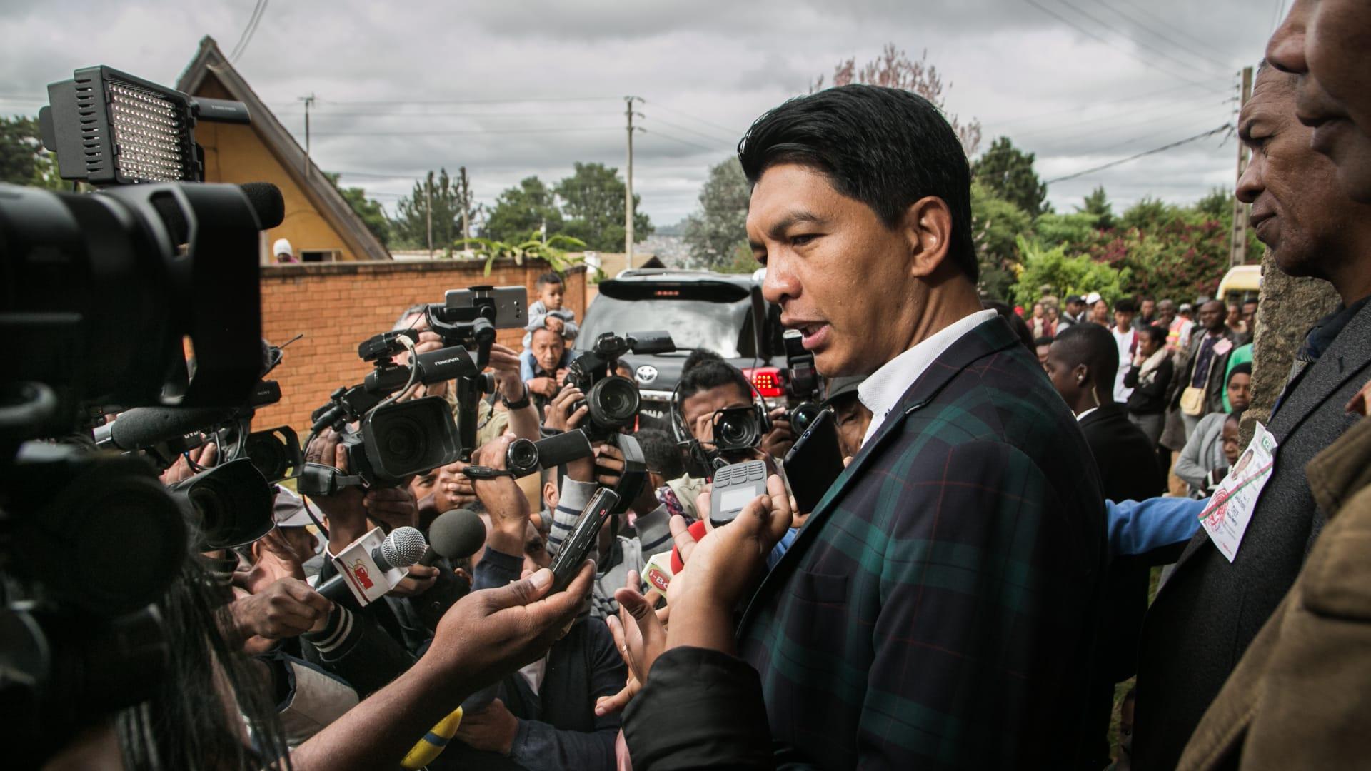 """تداول صورة رئيس مدغشقر في المدرجات.. ومغردون يبدون إعجابهم بالزعيم """"الشاب"""""""