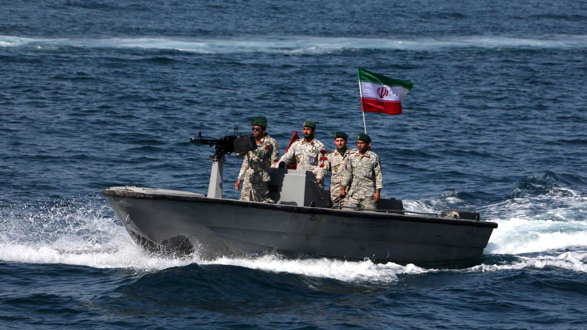 أسئلة بأروقة المخابرات الأمريكية حول سحب ناقلة نفط تابعة للإمارات إلى جزيرة إيرانية