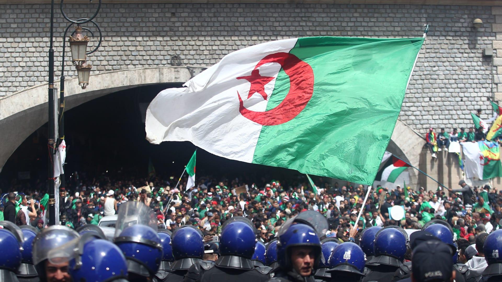 """أدرعي يتساءل عن سبب وجود علم الجزائر مع شعار """"النازية"""".. فما القضية؟"""