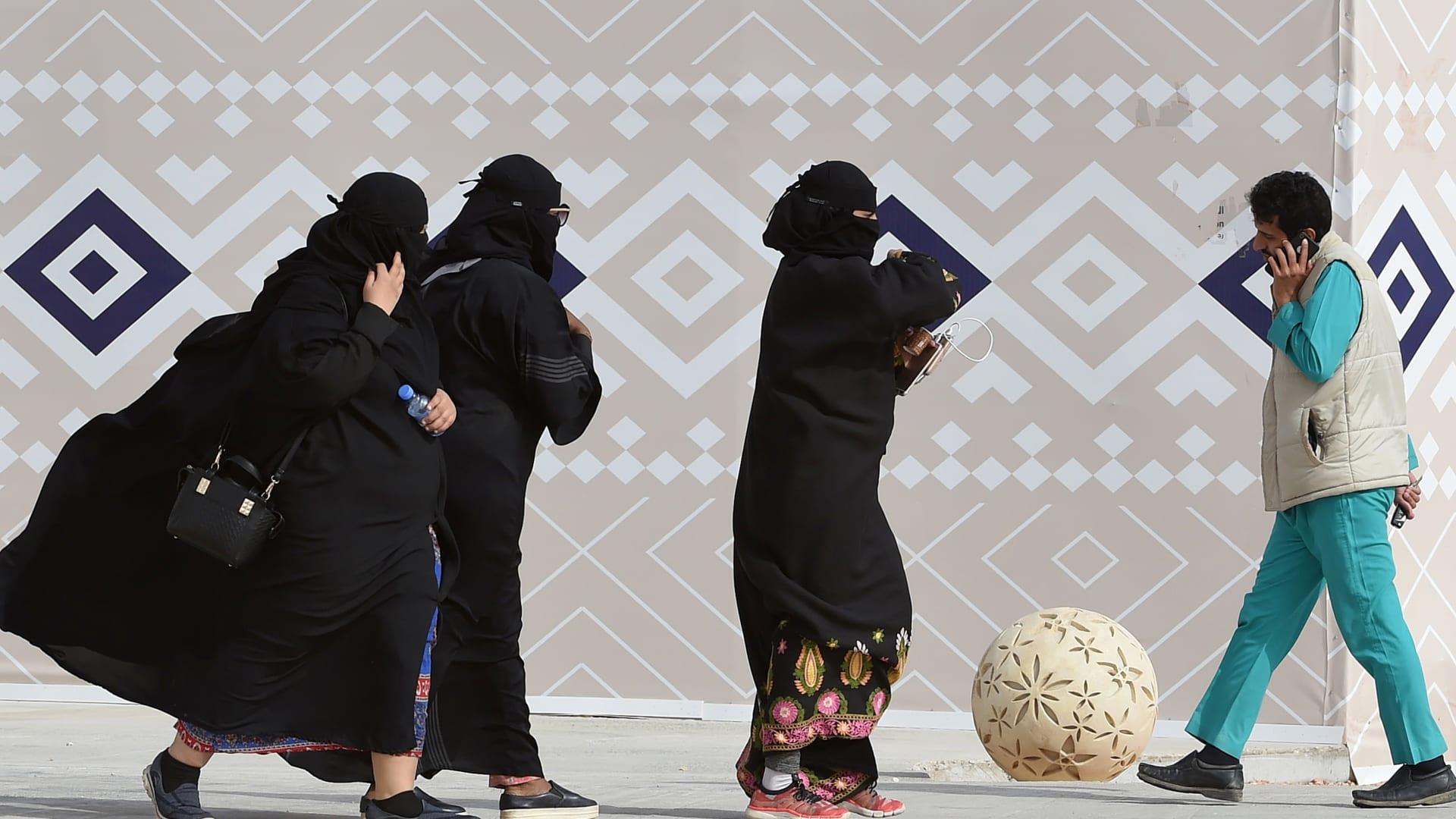 فيديو اعتداء شبان على بائعة سعودية يثير غضبا على تويتر.. ومغردون يطالبون السلطات بالتدخل