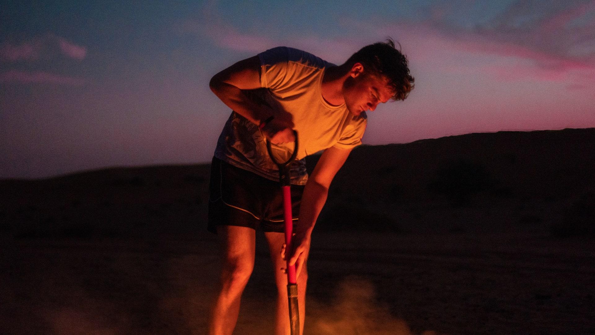 """يقود """"بوشنب"""" ويحب البداوة.. بريطاني يجد شغفه بصحراء الإمارات"""
