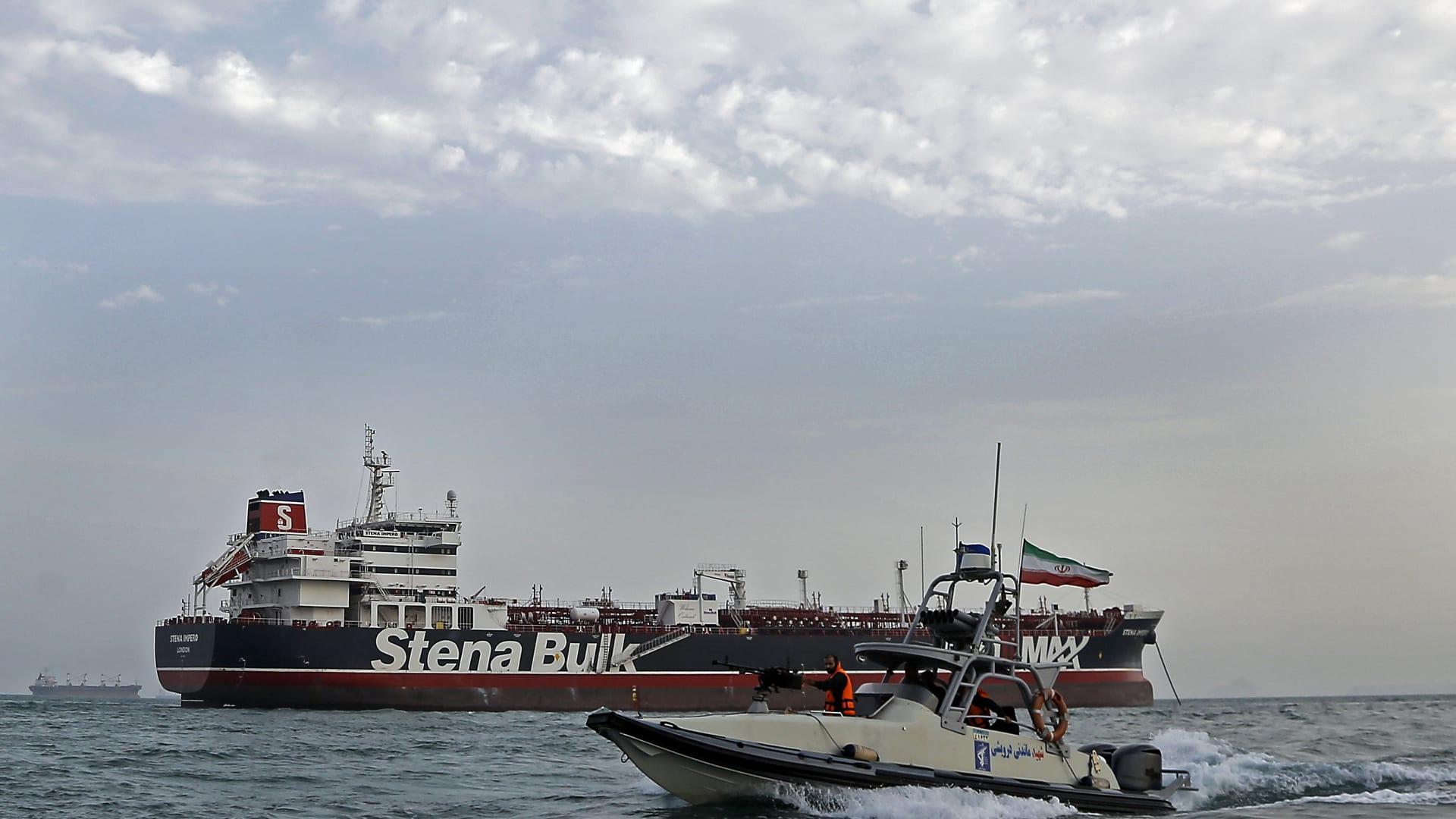 إيران تفرج عن 7 بحارة من الجنسية ذاتها بطاقم السفينة البريطانية المحتجزة