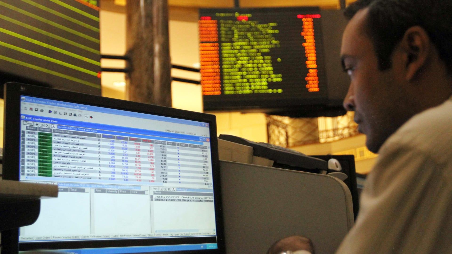 بورصة مصر توقف التداولات 30 دقيقة بعد هبوط مؤشر EXG100 بنسبة 5%