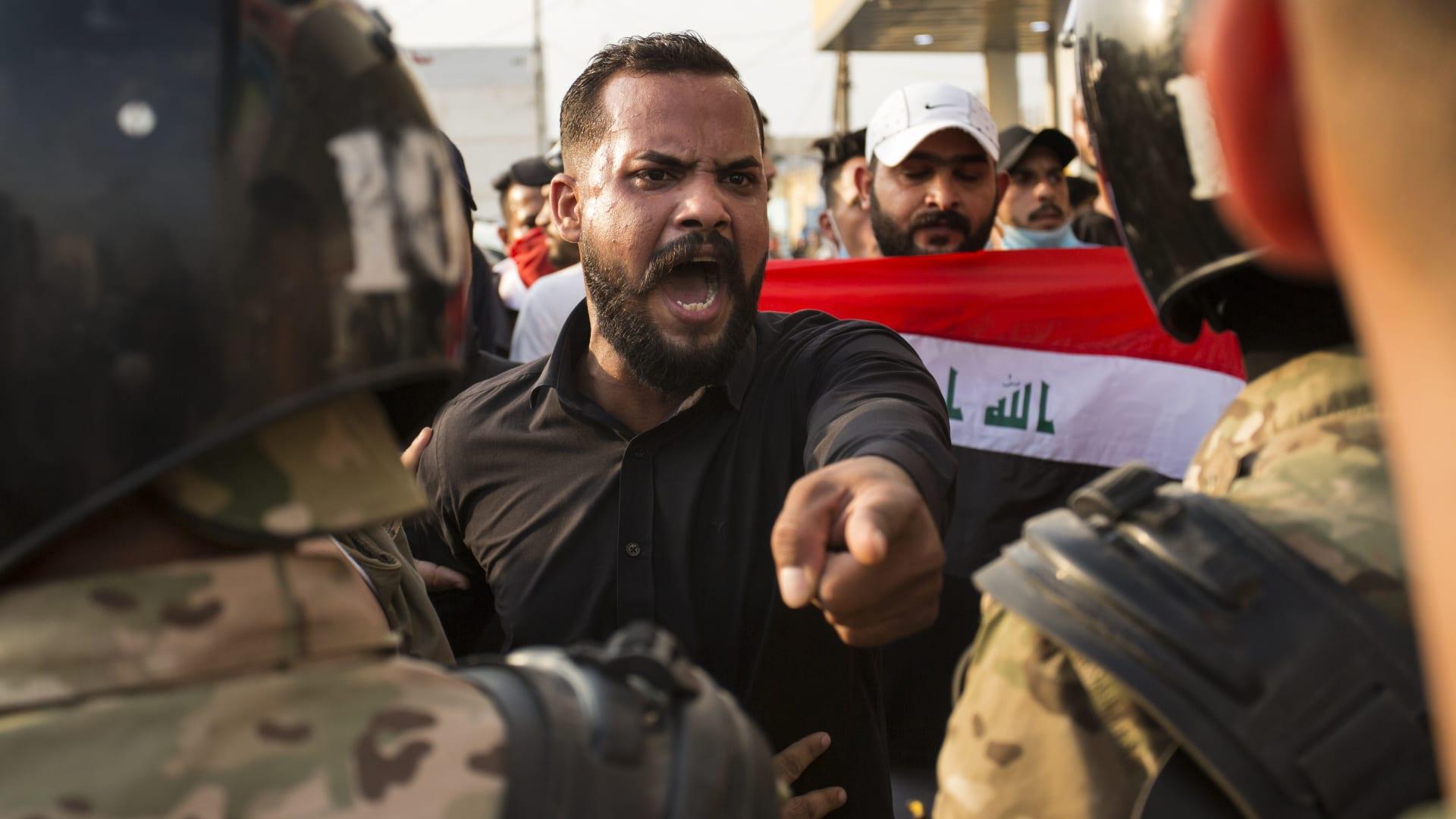 """بالصور.. حرق أعلام إيران بمظاهرات """"العراق ينتفض"""".. وأمير سعودي: أجمل صورة بـ2019"""
