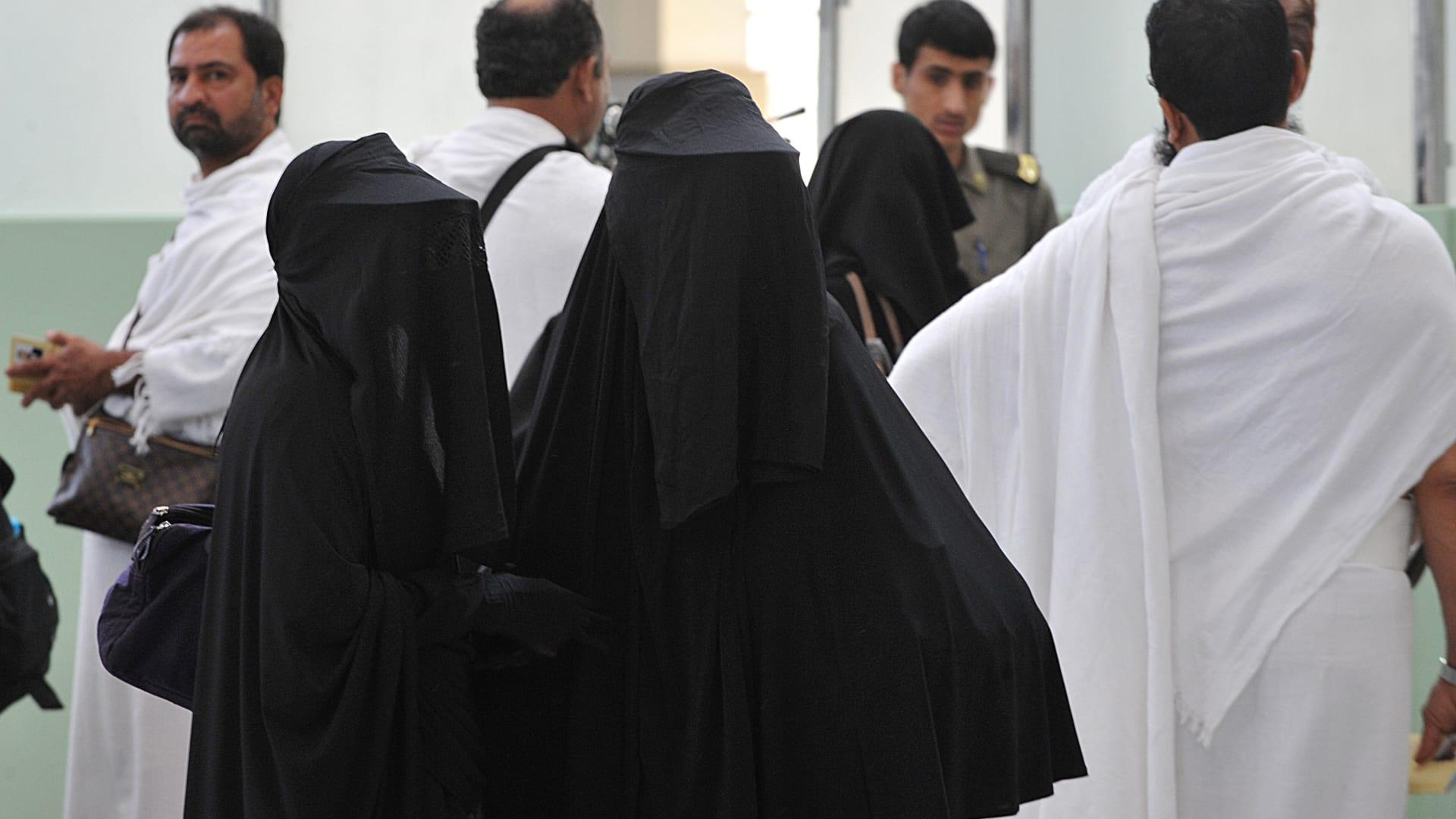 """تقارير """"دراسة إلغاء شرط المَحْرم"""" للنساء القادمات للعمرة في السعودية يثير تفاعلا.. ونشطاء يتداولون فتوى العثيمين"""