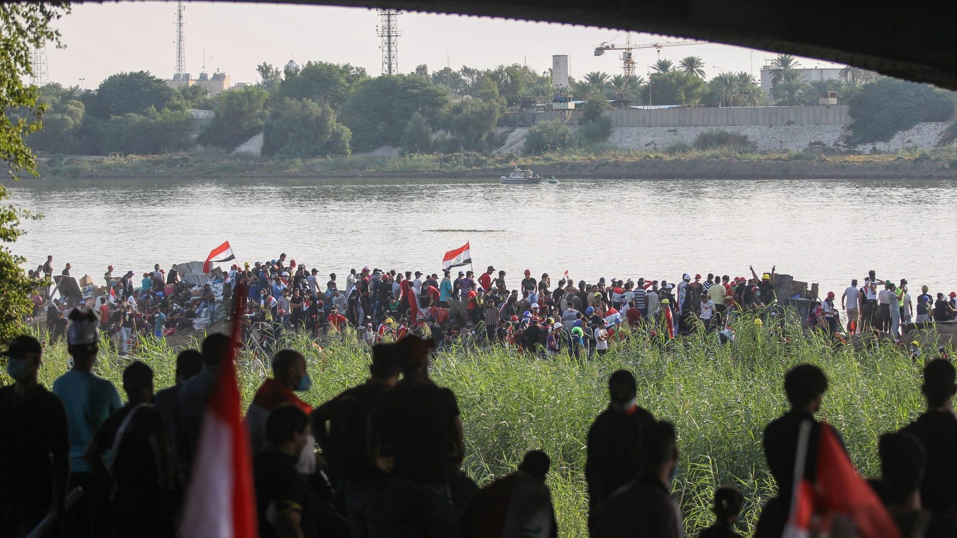 اشتباكات عنيفة بين الأمن ومتظاهرين على جسر بالعراق.. وأنباء عن سقوط قتلى ومصابين
