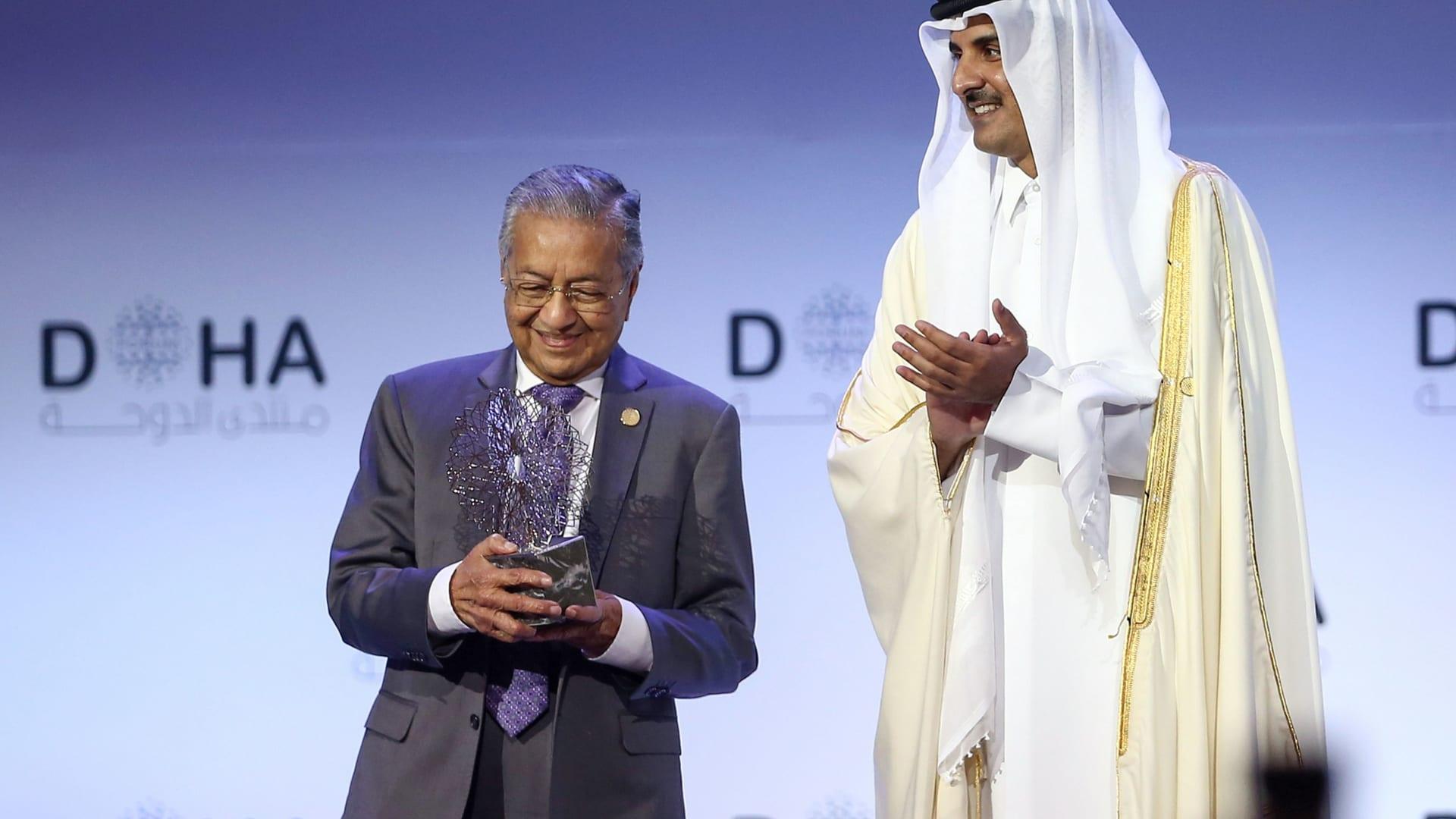 صورة أرشيفية لأمير قطر، الشيخ تميم مع رئيس وزراء ماليزيا، مهاتير محمد في الدوحة