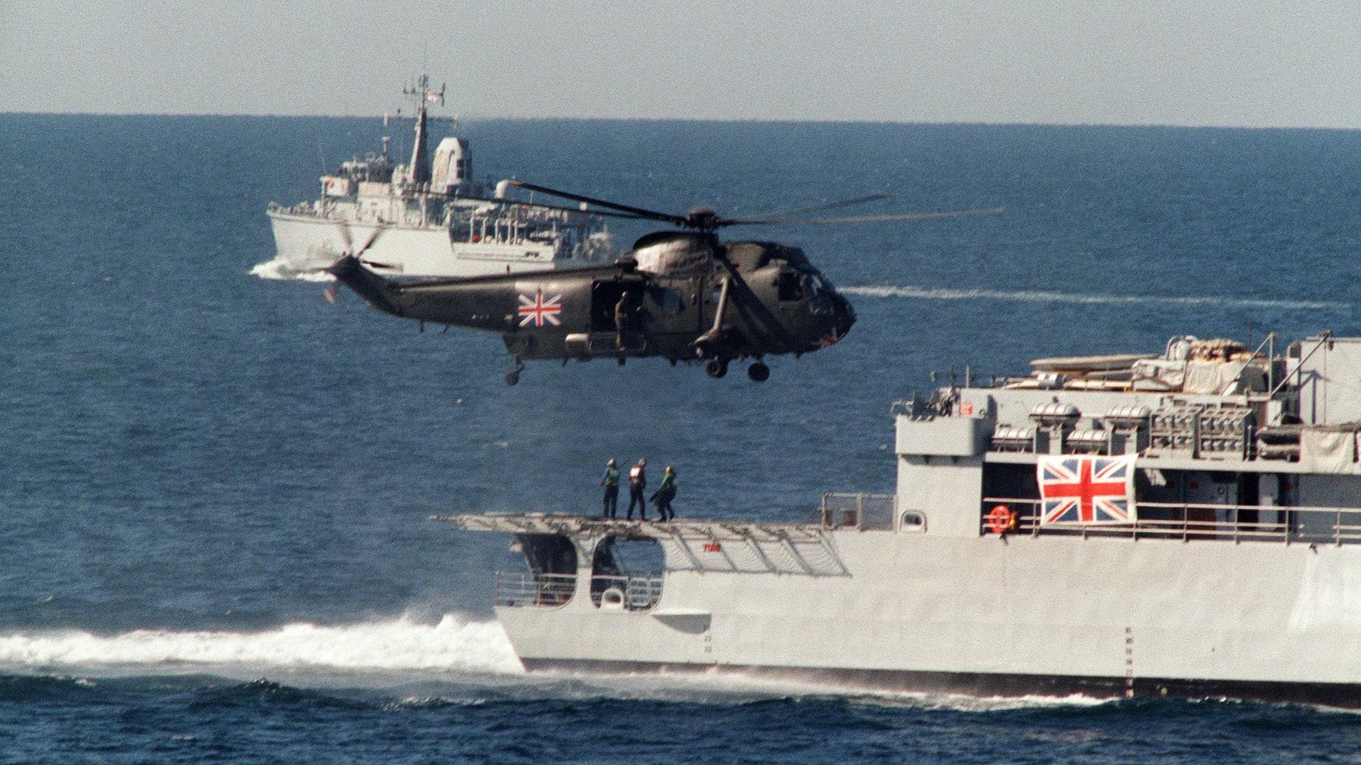 تجدد القلق حول حرية الملاحة بمضيق هرمز.. وبحرية بريطانيا تواصل مرافقة سفنها التجارية