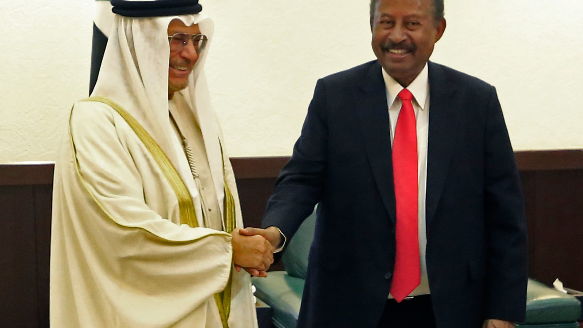 أنور قرقاش مع رئيس وزراء السودان عبدالله حمدوك