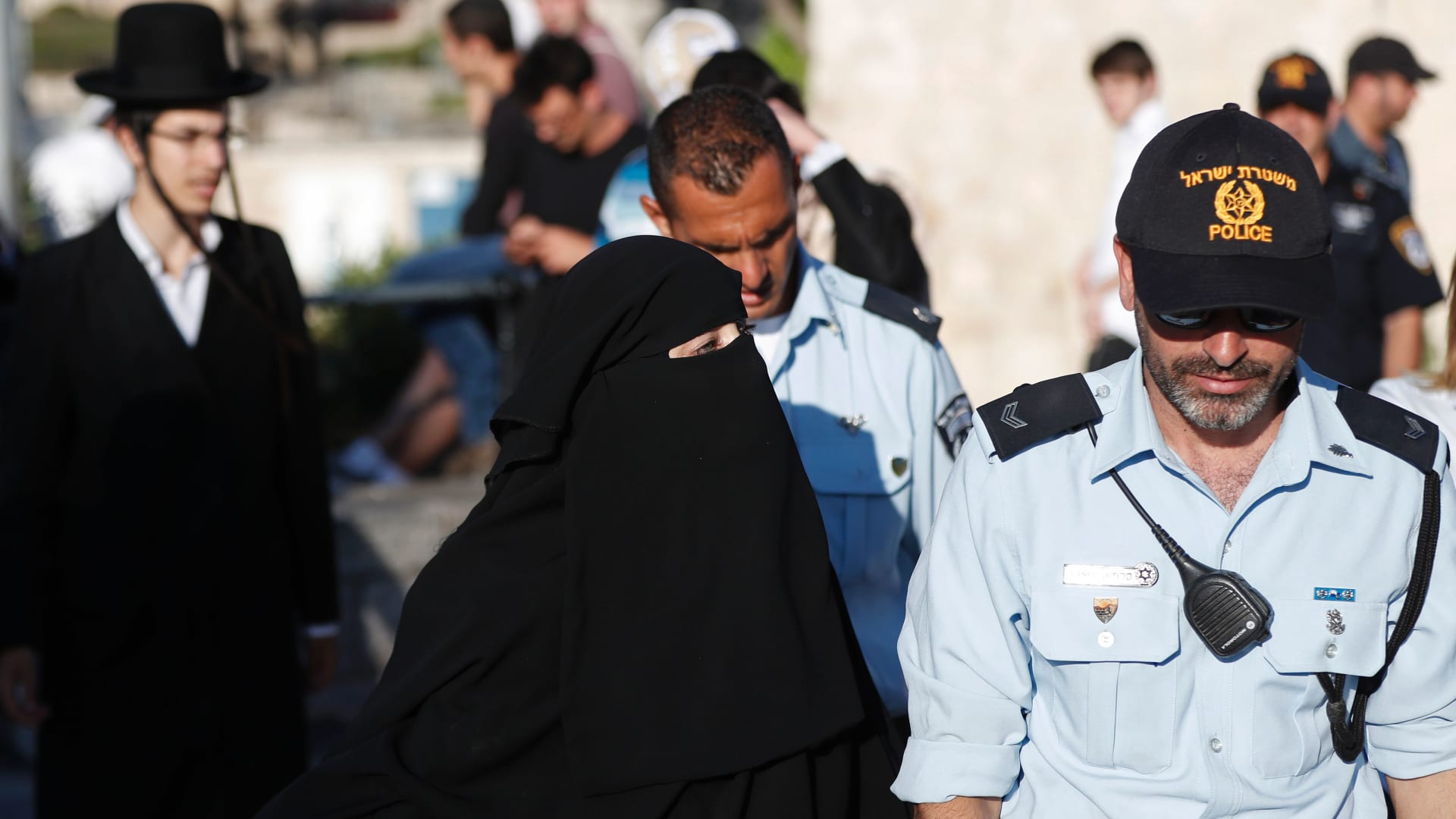 إسرائيل تعلن عن قرب ترقية أول ضابطة محجبة في شرطتها.. فمن هي؟