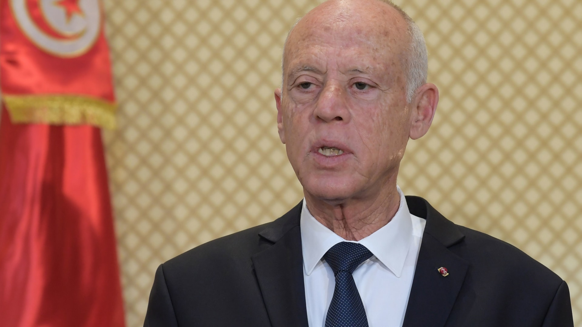 الرئيس التونسي يلوح بحل البرلمان إذا انتهت مهلة تشكيل أول حكومة في عهده