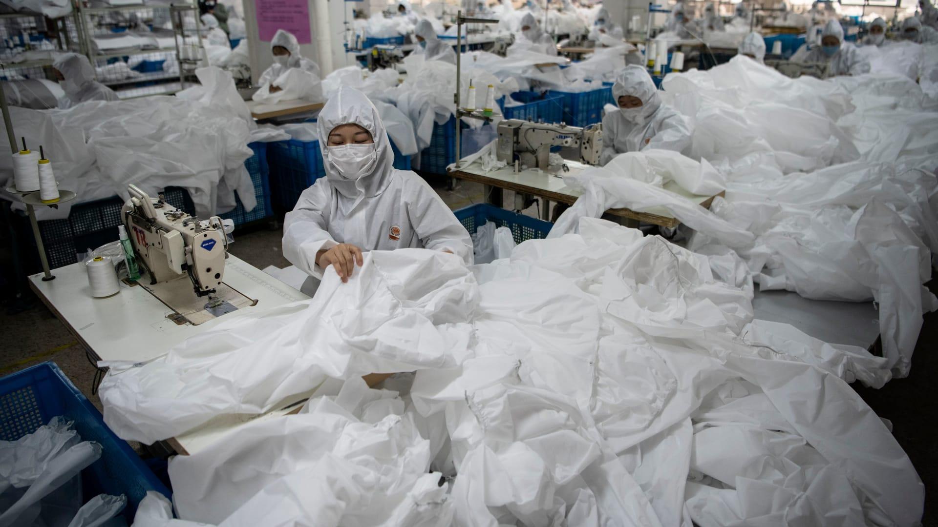 صورة ارشيفية لعامل يرتدي قناعا واقيا بأحد مصانع الصين