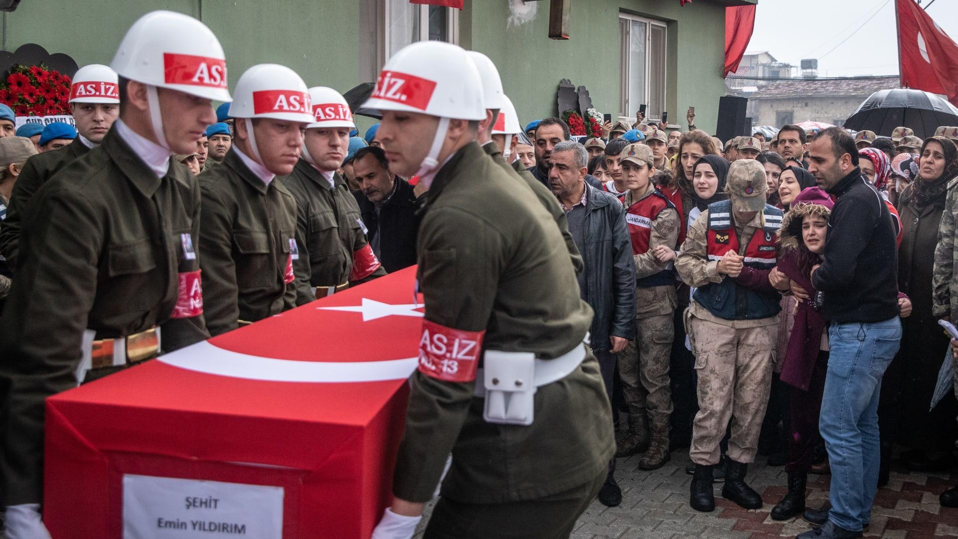 جثة جندي تركي قتل خلال القصف في إدلب بسوريا