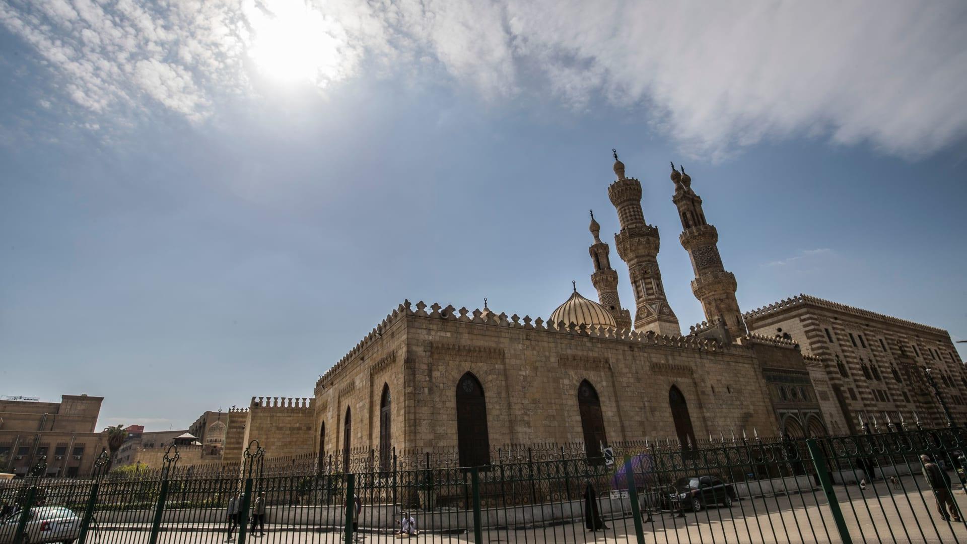 """""""لا كنائس ولا مساجد"""".. مصر تقرر إيقاف إقامة الصلوات للوقاية من كورونا"""
