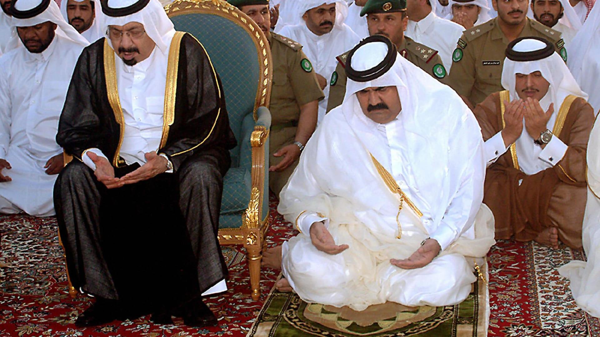 صورة ارشيفية للشيخ حمد بن خليفة (يمين) ووالده الشيخ خليفة بن حمد (يسار) خلال صلاة عيد الفطر العام 2005