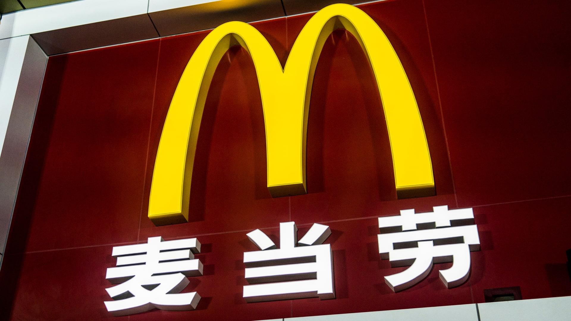 ماكدونالدز يعتذر ويغلق أحد فروعه الصينية بعد وضع لافتة تحظر دخول السود