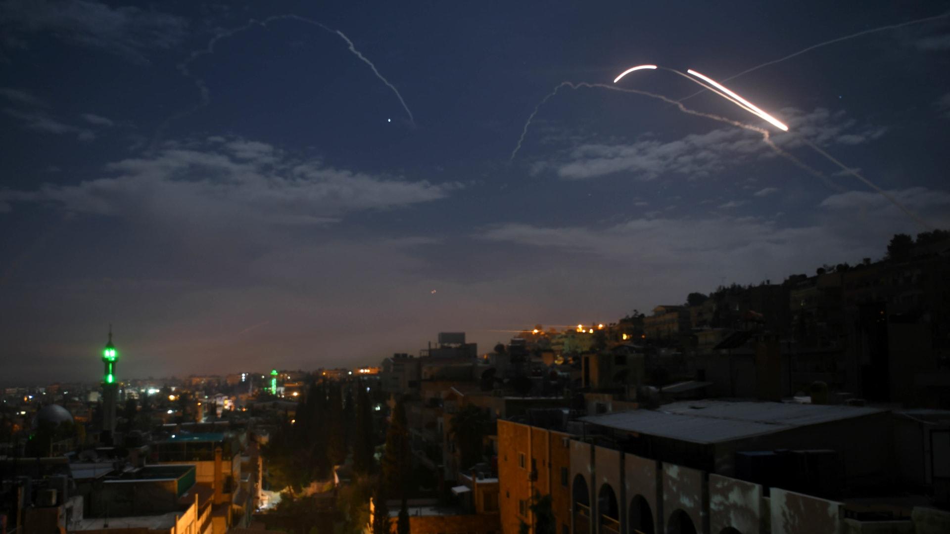 سانا: الدفاعات السورية تصدت لضربات صاورخية في سماء تدمر