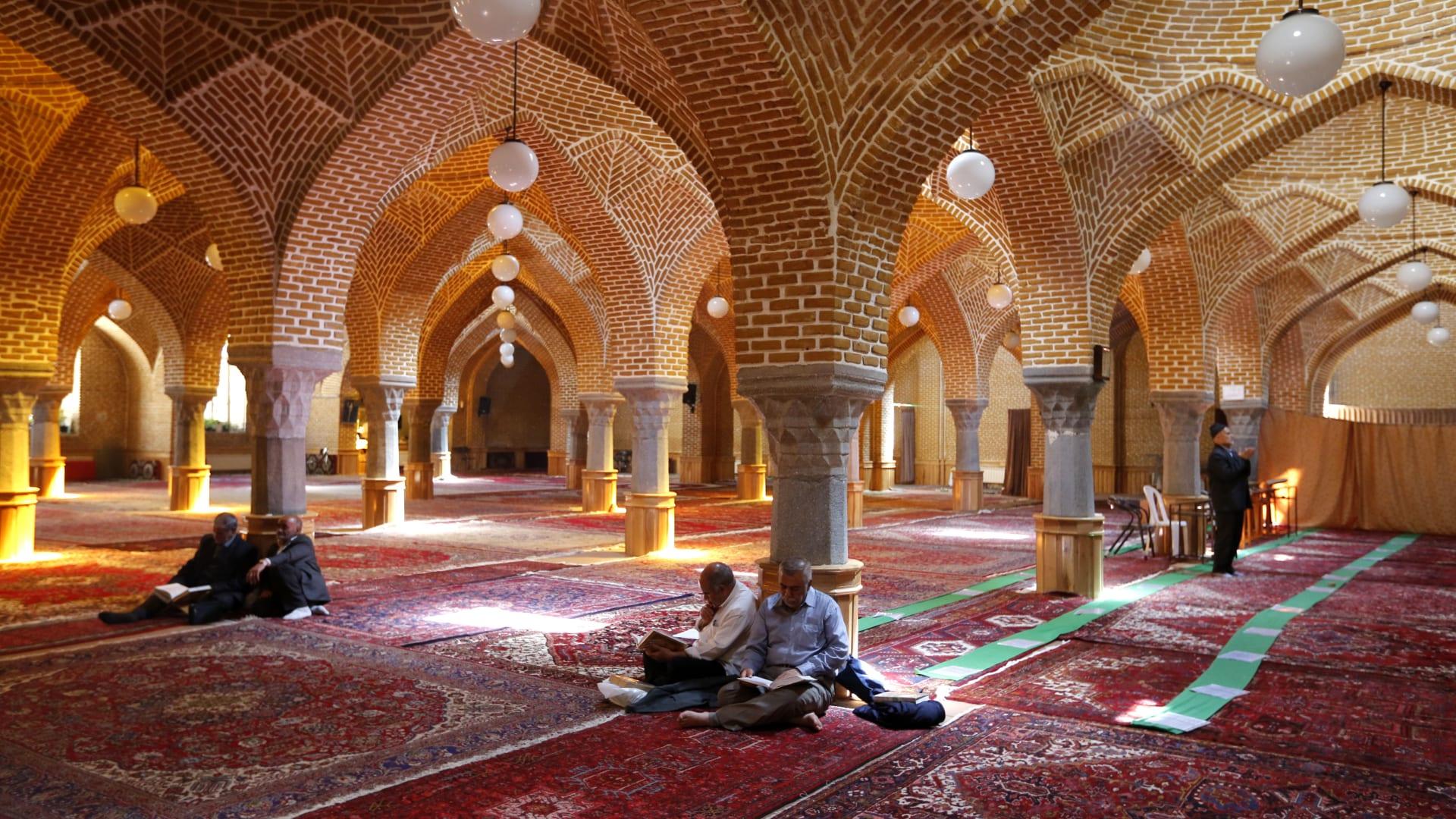 صورة ارشيفية لإيرانيين في مسجد تبريز العام 2018