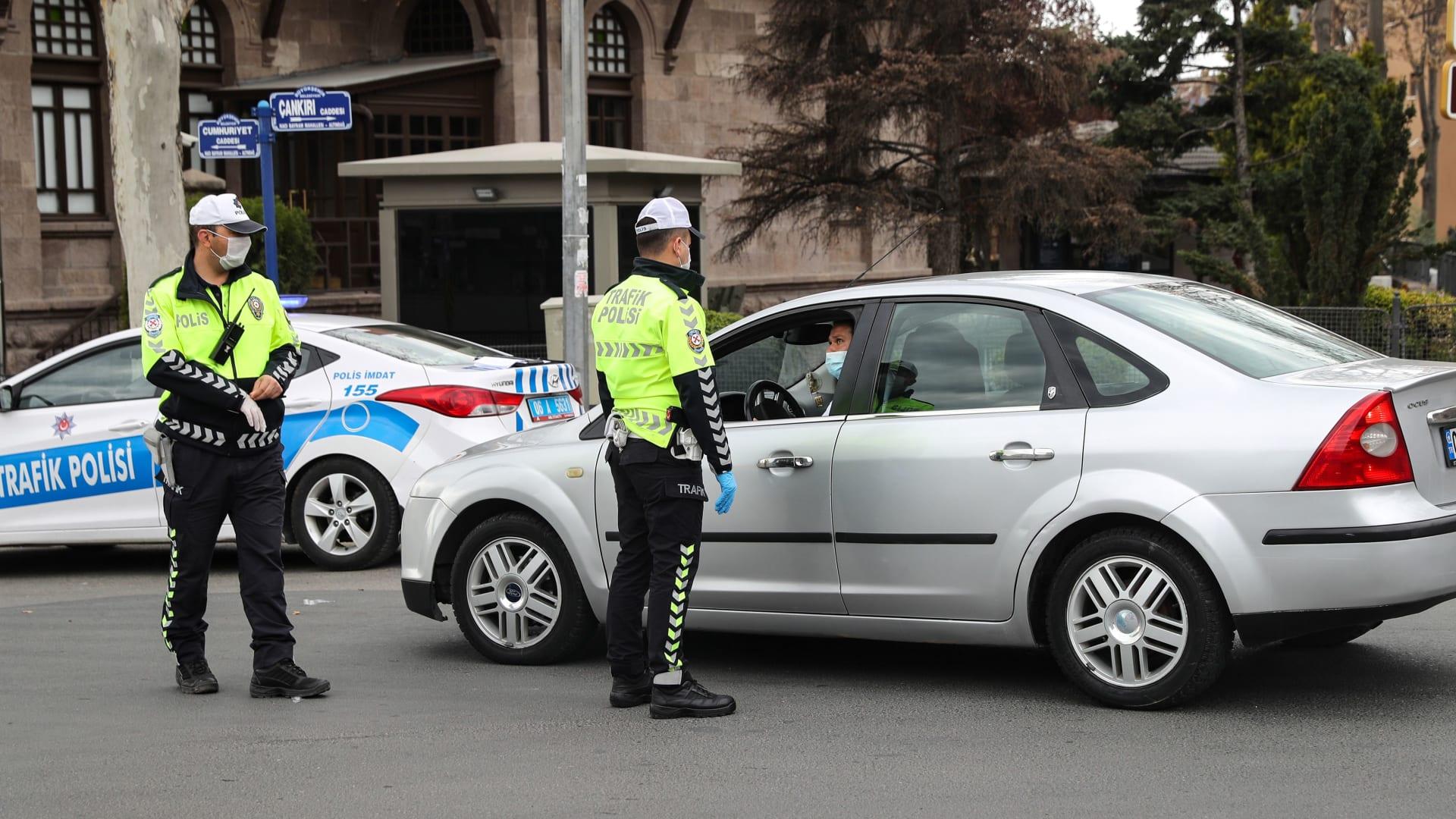 عناصر من الشرطة التركية في أنقرة يتابعون إجراءات حظر التجول المفروضة بسبب كورونا