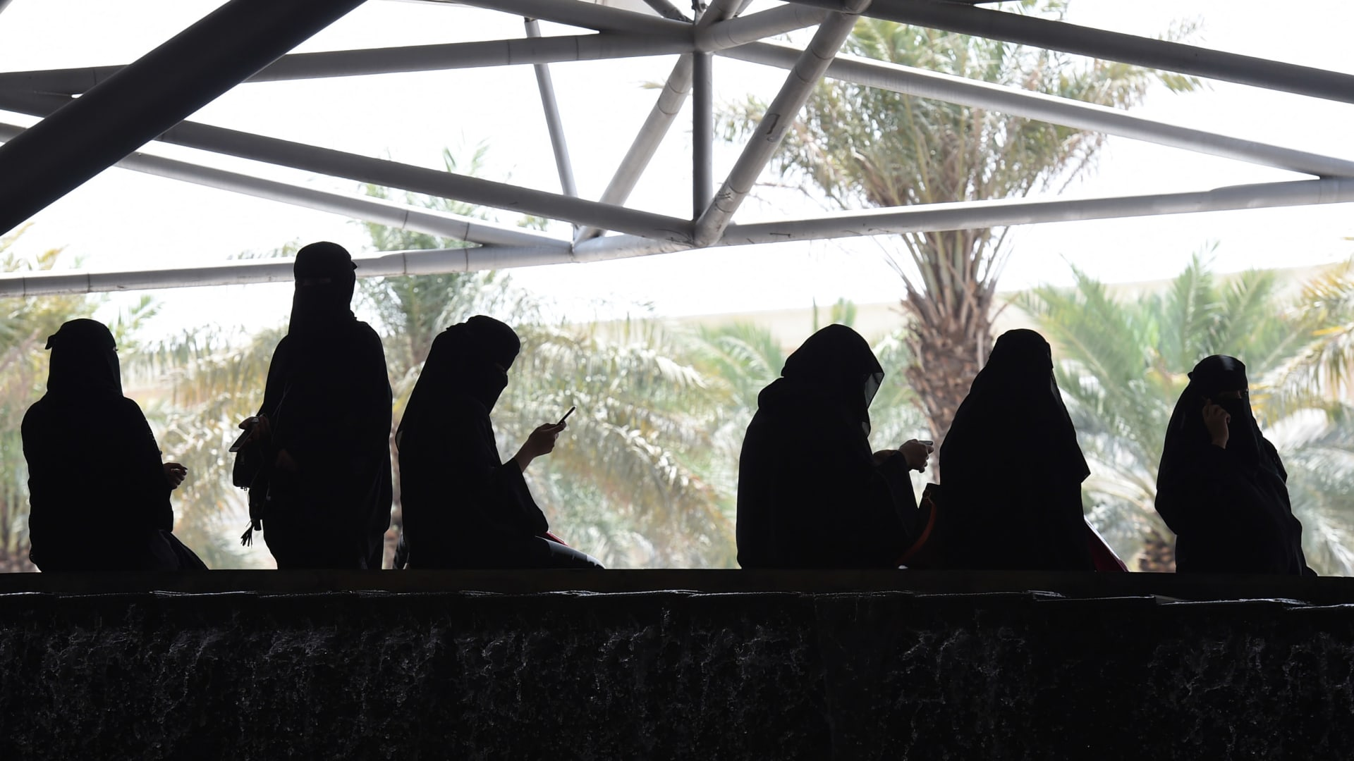 صورة ارشيفية لعدد من النساء في السعودية