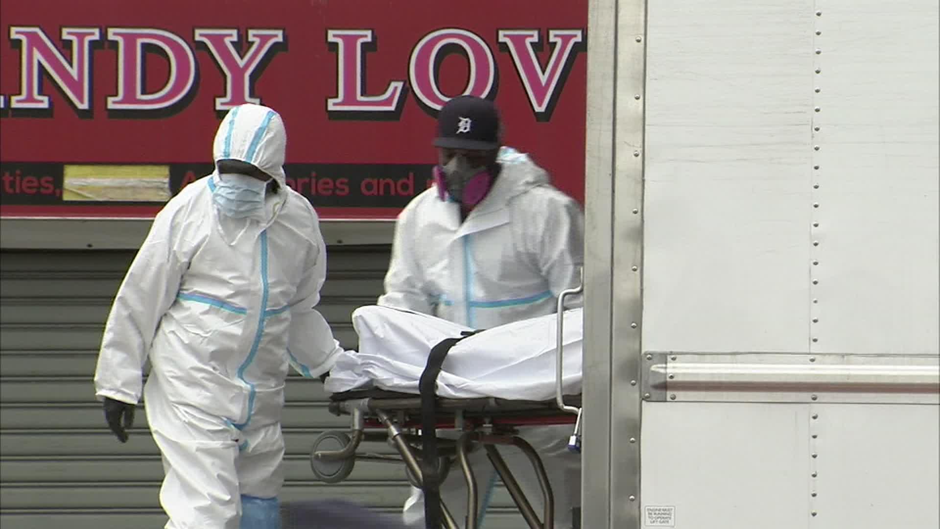 """الشرطة تعثر على 60 جثة لضحايا كورونا """"تحلل بعضها"""" داخل شاحنات في نيويورك"""