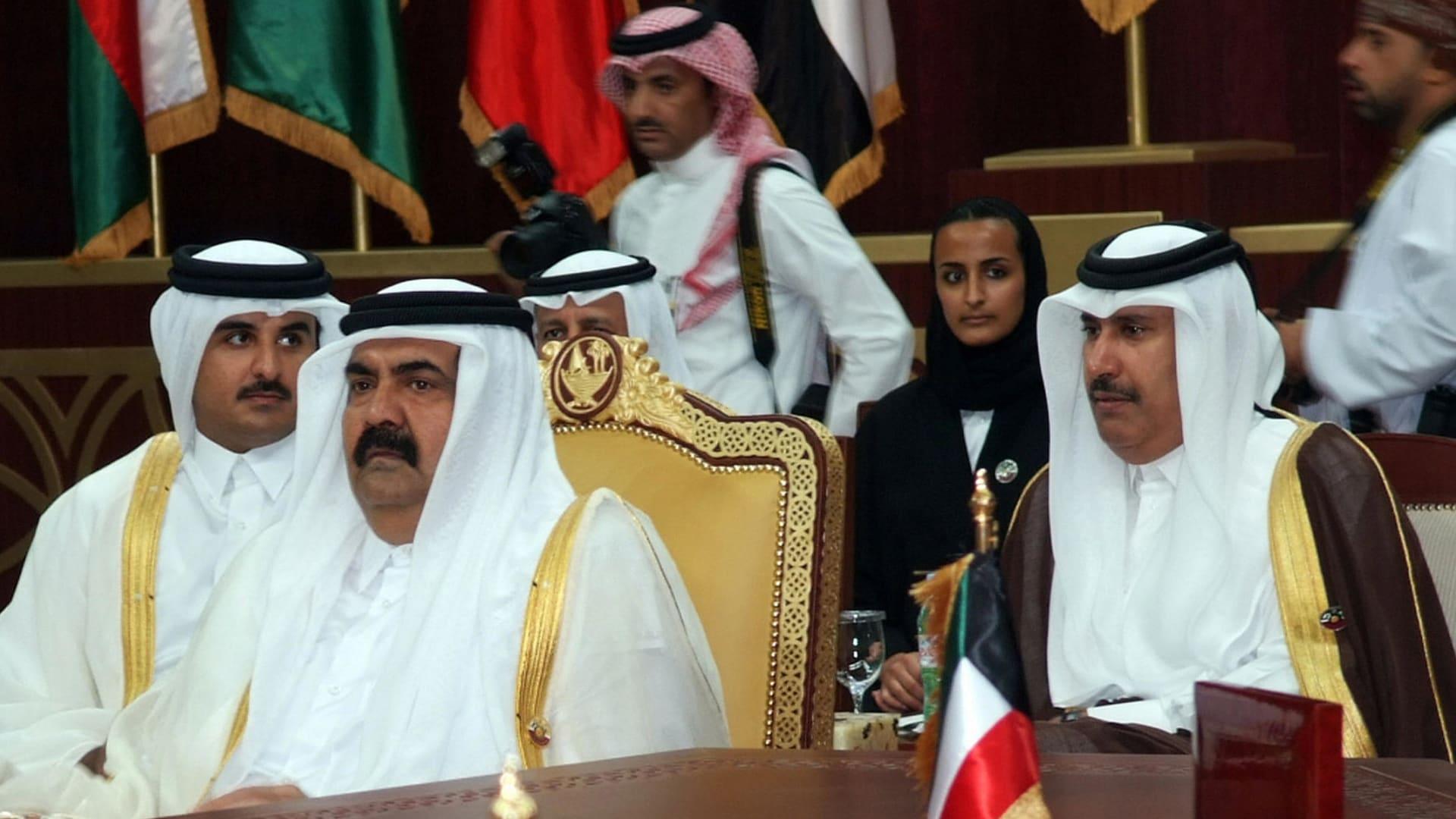 صورة أرشيفية العام 2007: حمد بن جاسم (يمين) رئيس وزراء قطر وتميم بن حمد (يسار) ولي عهد قطر وأمير قطر حينها حمد بن خليفة