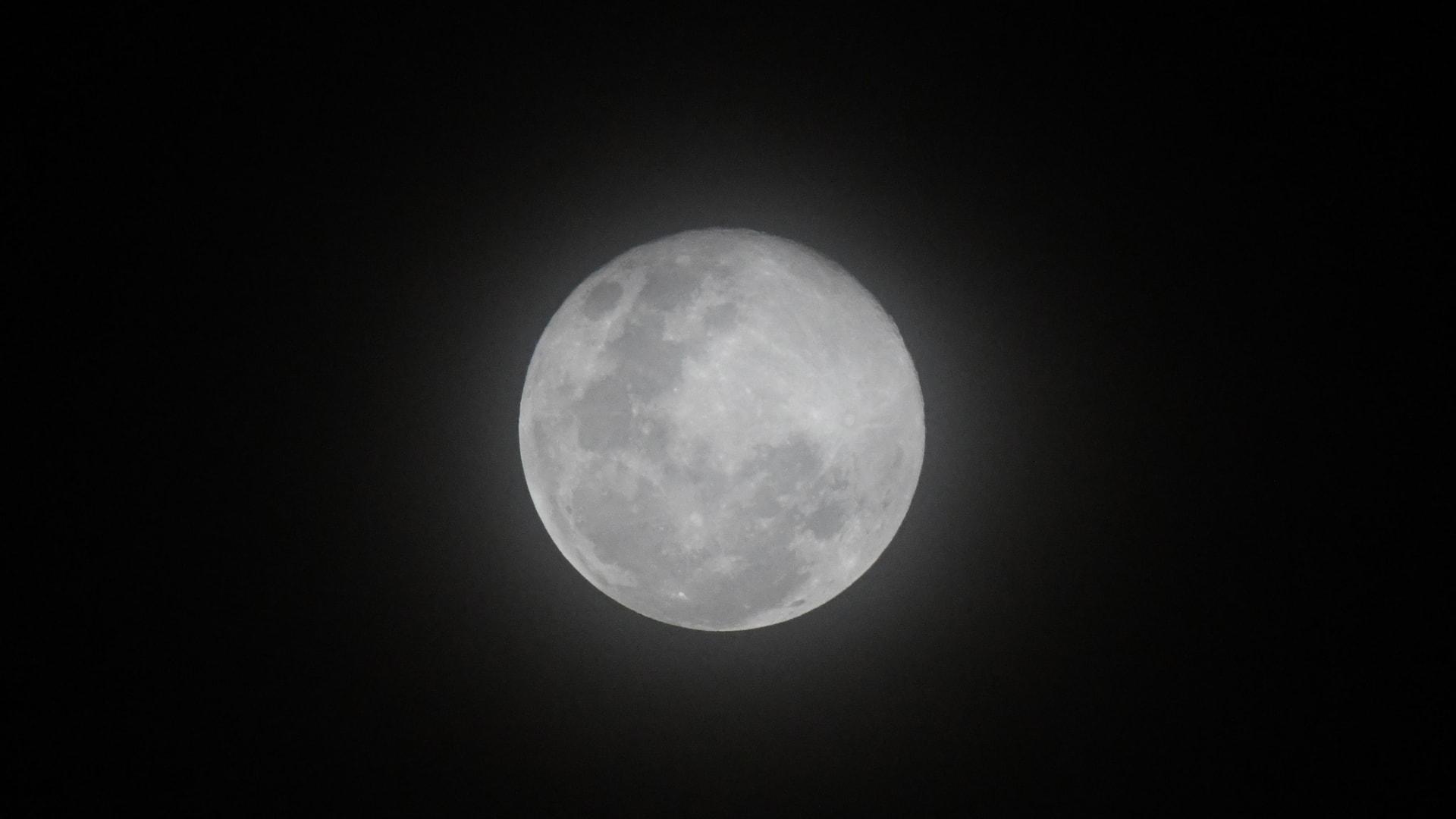 صورة أرشيفية من للقمر