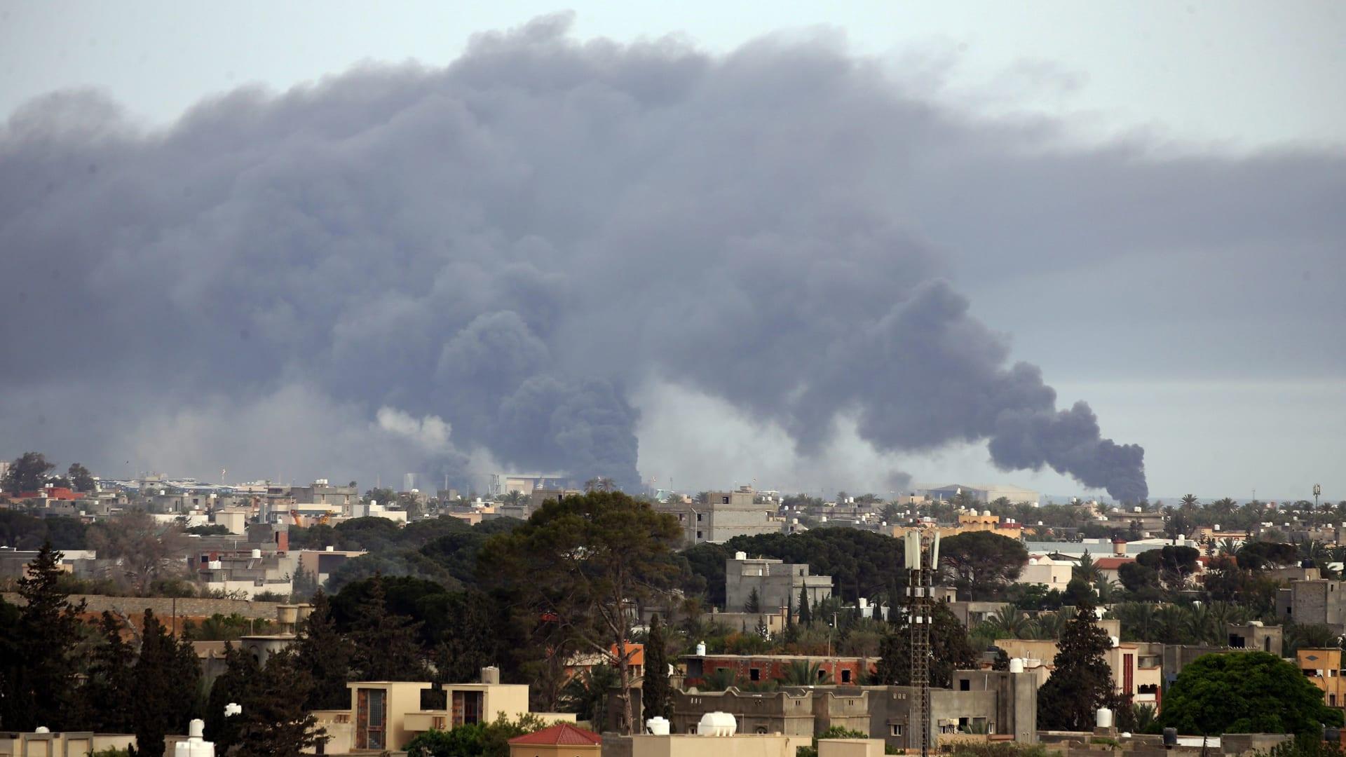 تصاعد أعمدة الدخان من العاصمة الليبية طرابلس في 9 مايو 2020