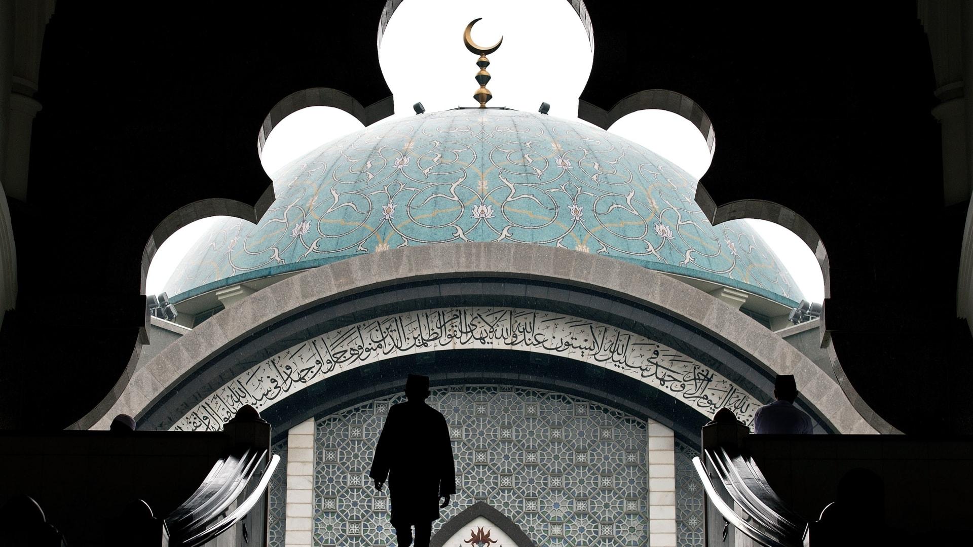 صورة تعبيرية لرجل يصعد سلالما للوصول غلى مسجد في ماليزيا العام 2015