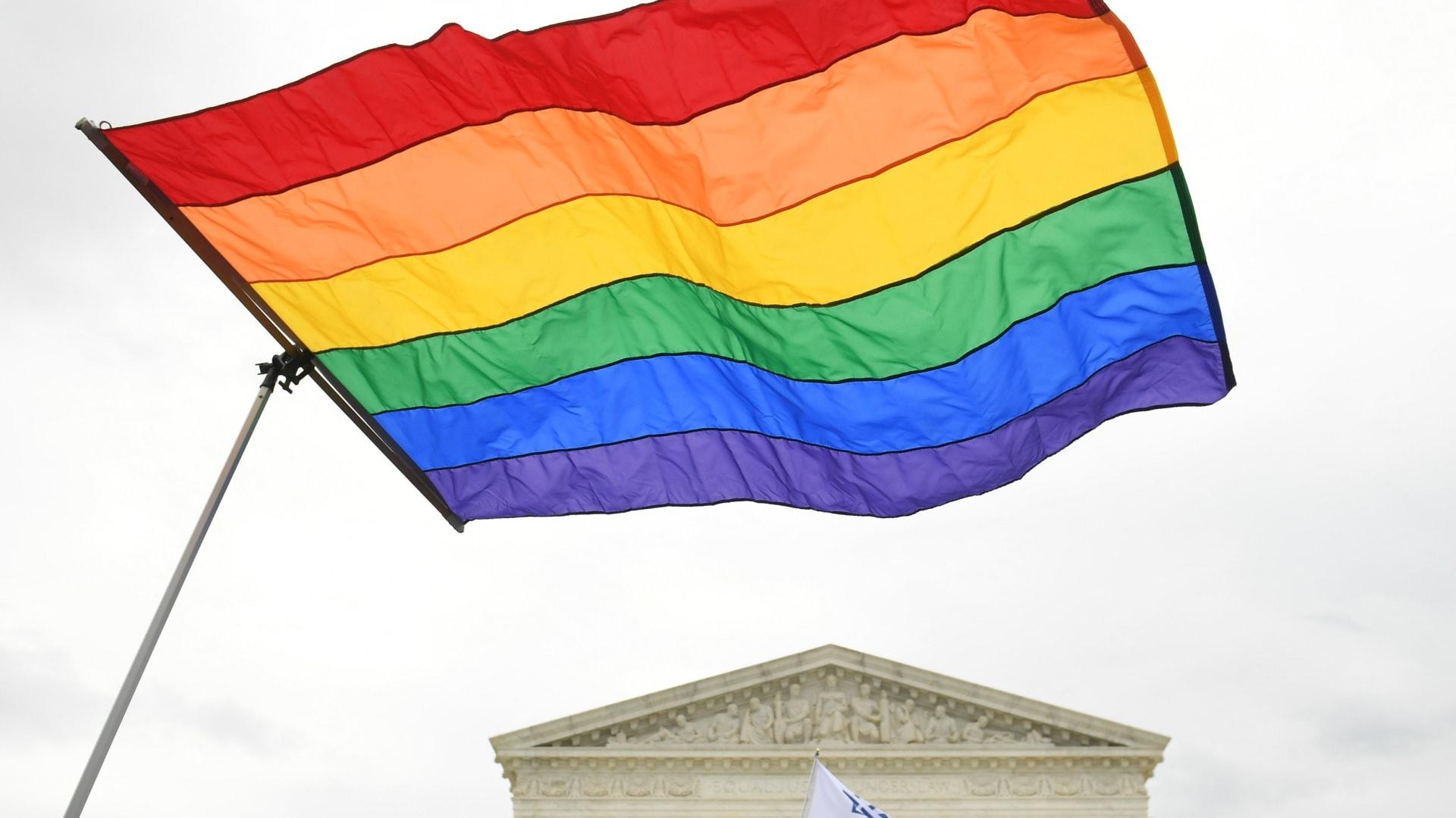 إدارة ترامب تتراجع عن حظر التمييز في الرعاية الصحية للمتحولين جنسيًا